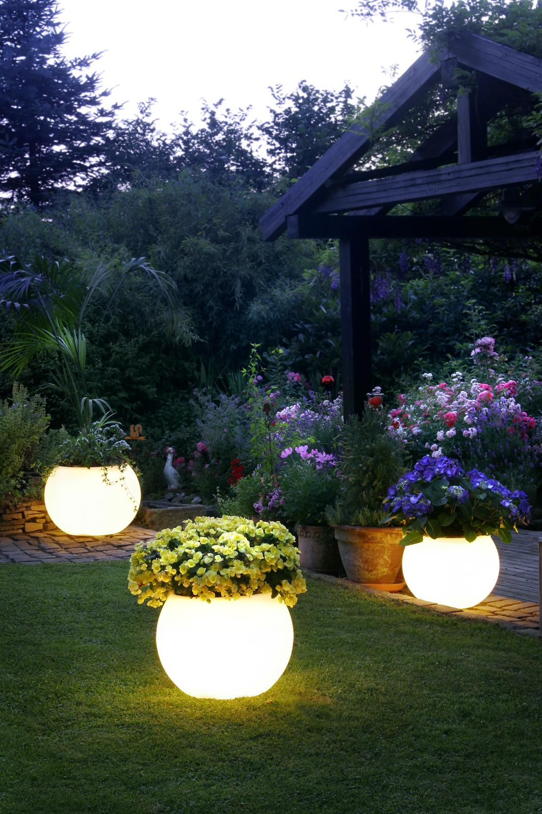 12 Idées Lumineuses Pour Éclairer Et Décorer Votre Jardin intérieur Boule Lumineuse Jardin