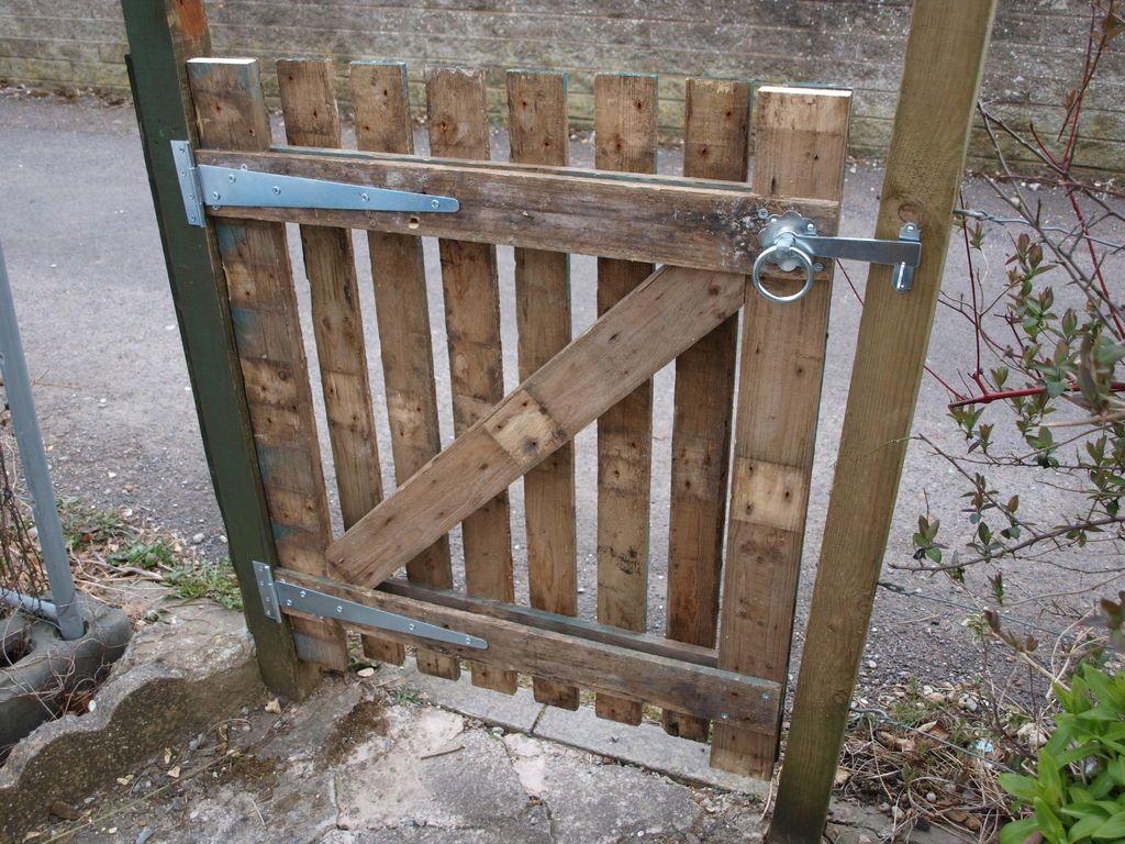 A Simple Pallet Gate | Portillon Jardin, Clôture Palette Et ... pour Portillon De Jardin En Bois