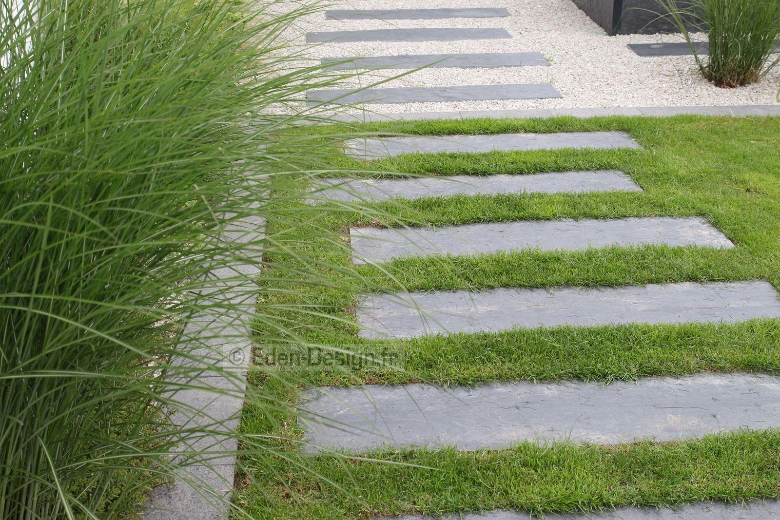 Allée De Jardin En Pas Japonais En Ardoise. L'allée Passe Du ... concernant Dalle Ardoise Jardin