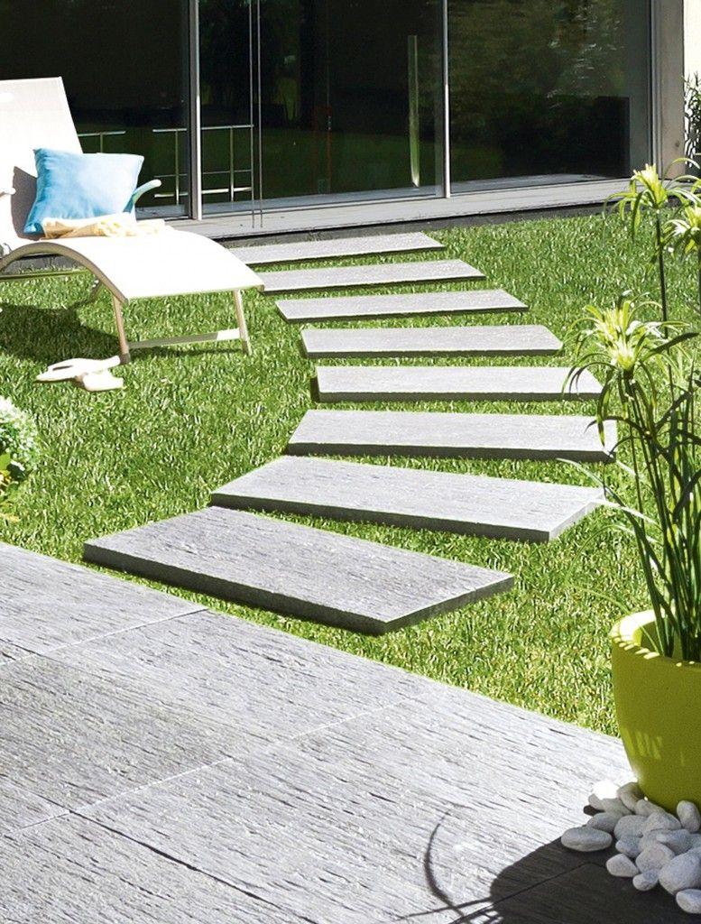 Allée De Jardin Moderne Avec La Dalle De Cheminement En ... tout Bordure De Jardin Gedimat