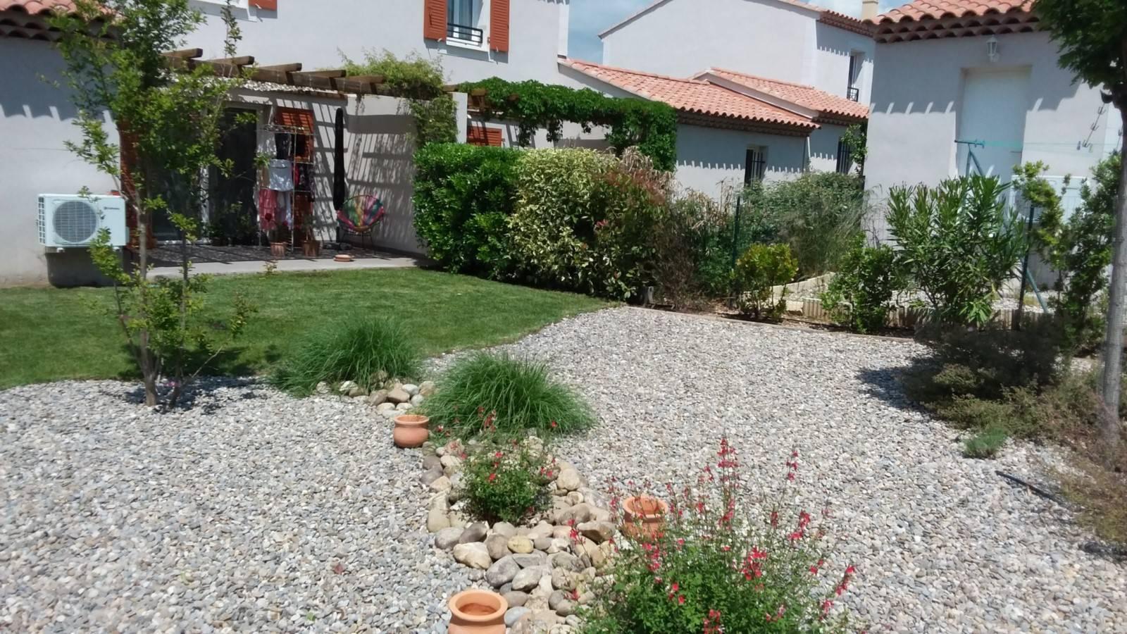 Amenagement D'un Petit Jardin Méditerranéen Devant Maison ... concernant Amenagement Petit Jardin Mediterraneen