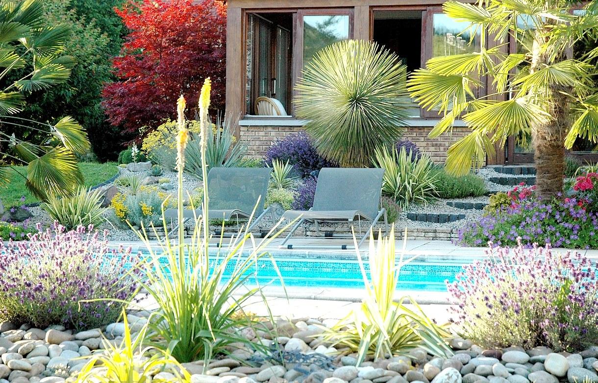 Aménager Une Rocaille Exotique, Colorée Et Fleurie pour Modeles Jardins Avec Galets