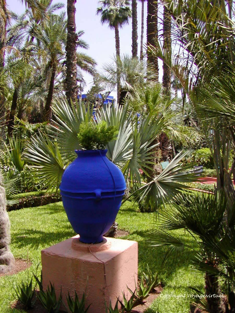 Amphore En Bleu Majorelle Sur Piédestal, Jardin Majorelle ... encequiconcerne Amphore De Jardin