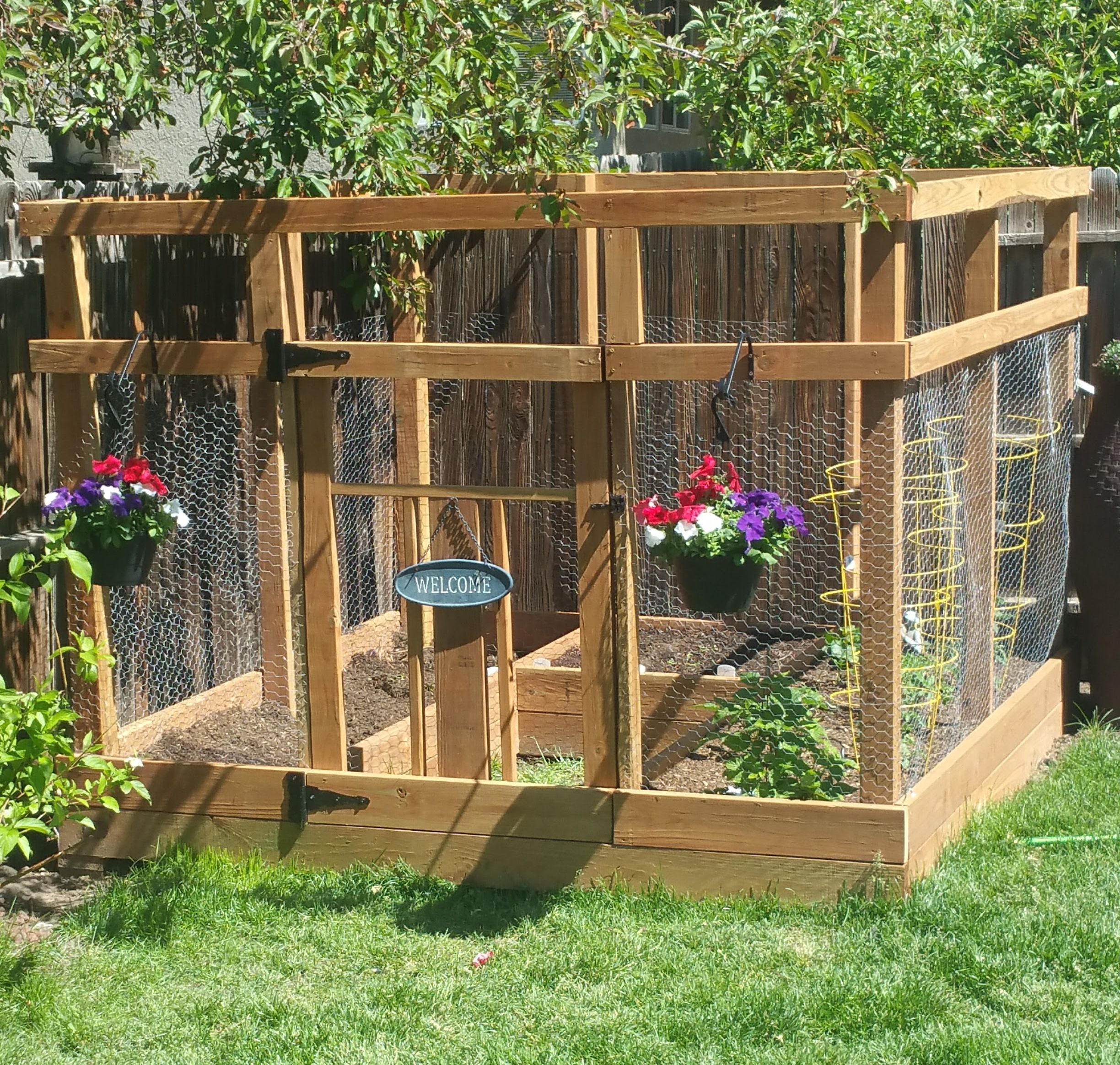 Ana White | Garden Enclosure With Custom Gate - Diy Projects ... avec Separation De Jardin