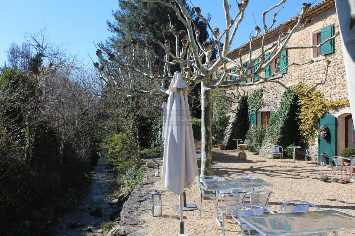 Ancien Moulin Rénové En Vente À Gordes Avec Joli Jardin ... encequiconcerne Moulin De Jardin A Vendre