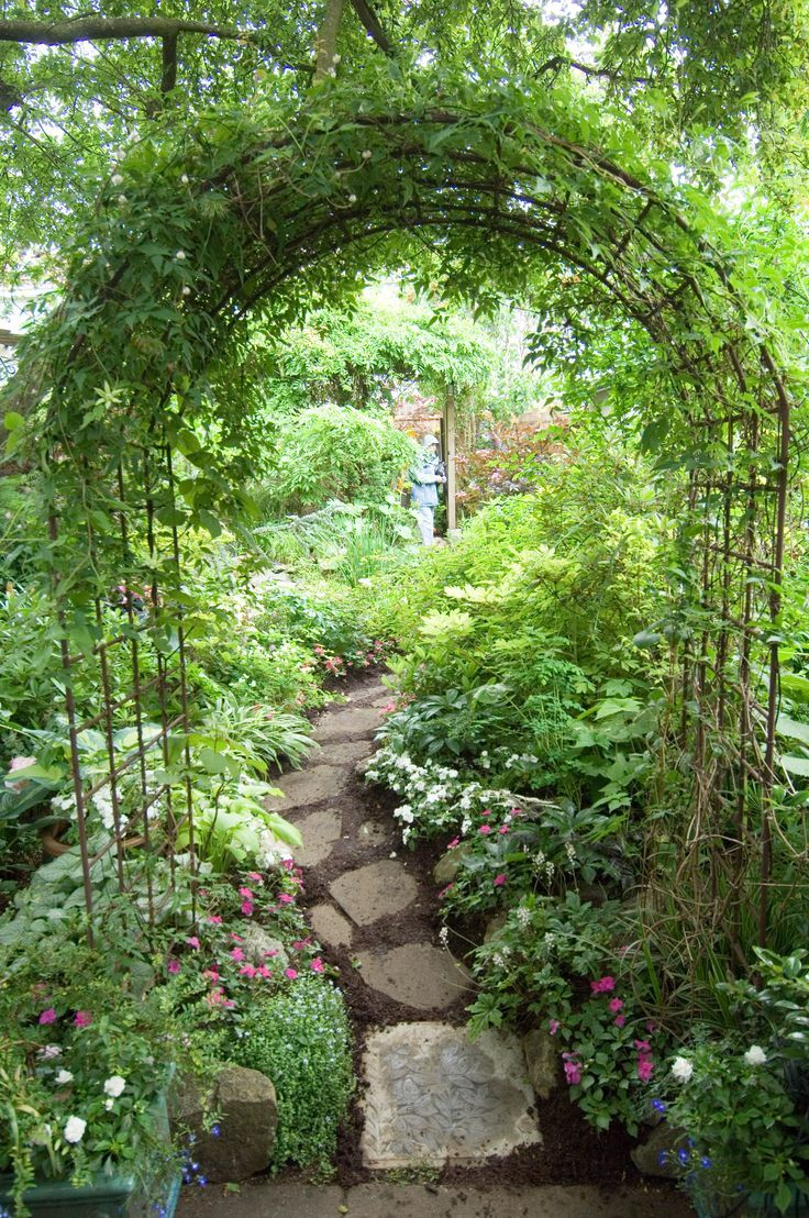 Archway And Path, Using Inexpensive Garden Arches Found ... concernant Arches De Jardin
