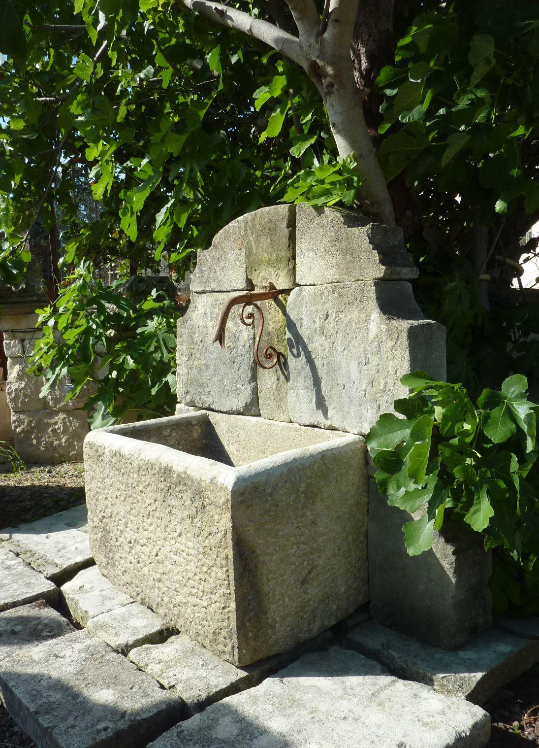 Atelierbidal : Fontaine Murale De Jardin Possédant Un ... intérieur Bassin De Jardin En Pierre