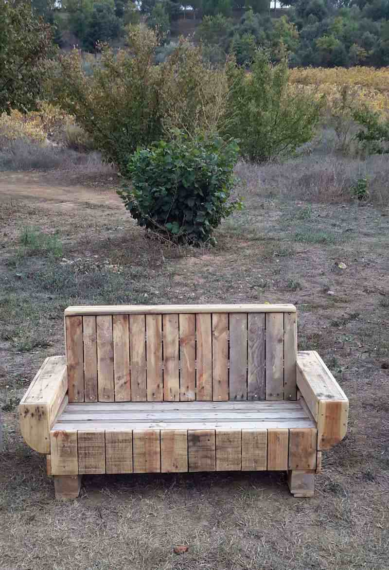 Banc En Palette Diy : Apprenez Comment Faire Un Banc En ... à Table De Jardin En Bois Avec Banc Integre