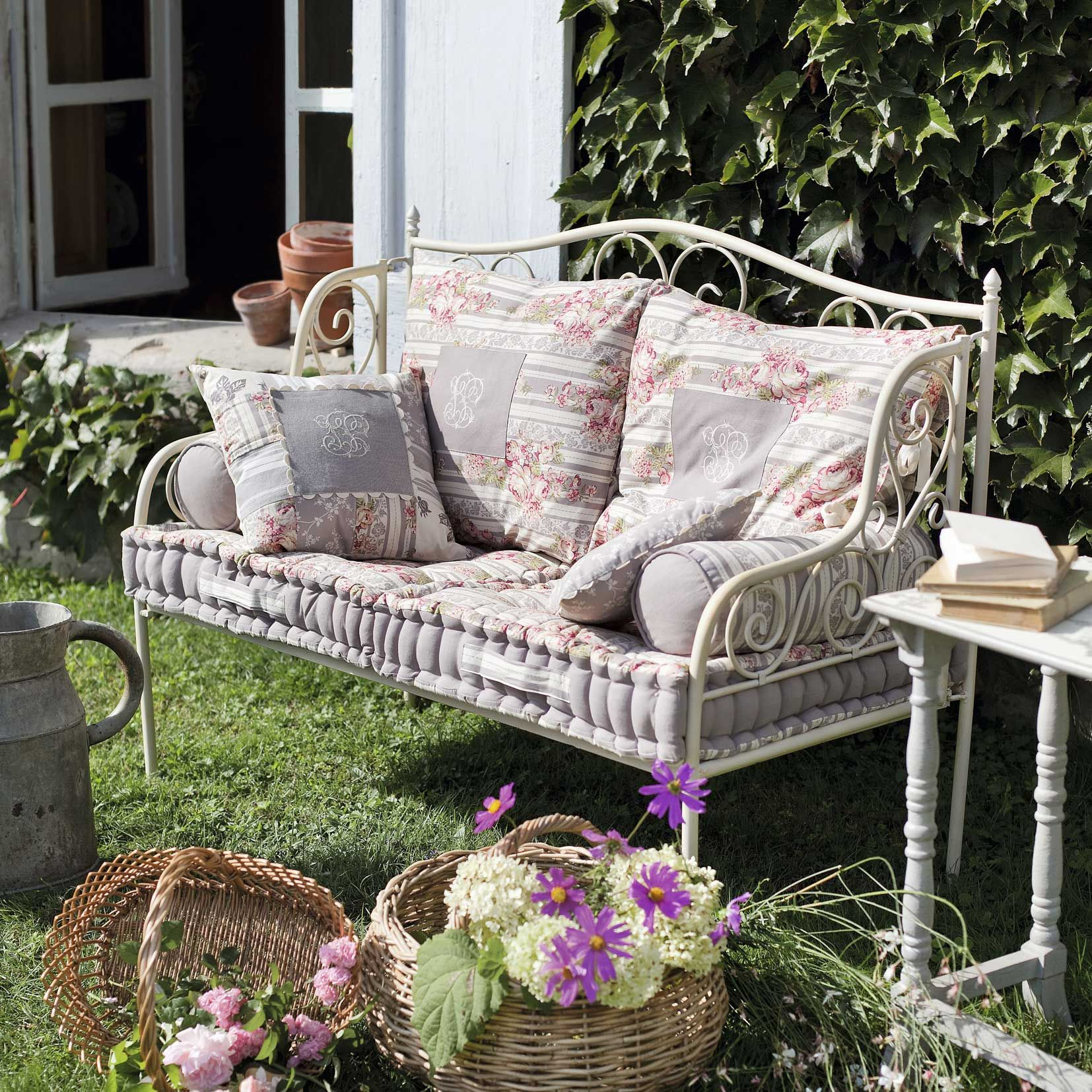 Banquette En Fer Forgé Et Coussins Par Comptoir De Famille ... concernant Salon De Jardin En Fer Forgé