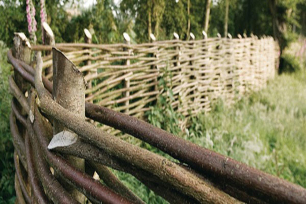 Barrière De Jardin Tressée | Choisir Du Bois, Prix, Tressage avec Barrière Bois Jardin