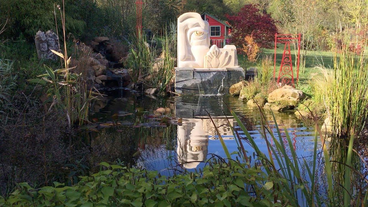 Bassin Avec Des Carpes Koï Et Une Sculpture En Pierre, Déplacement Charge  Lourde Pierre De Taille encequiconcerne Bassin De Jardin Préformé Grande Taille