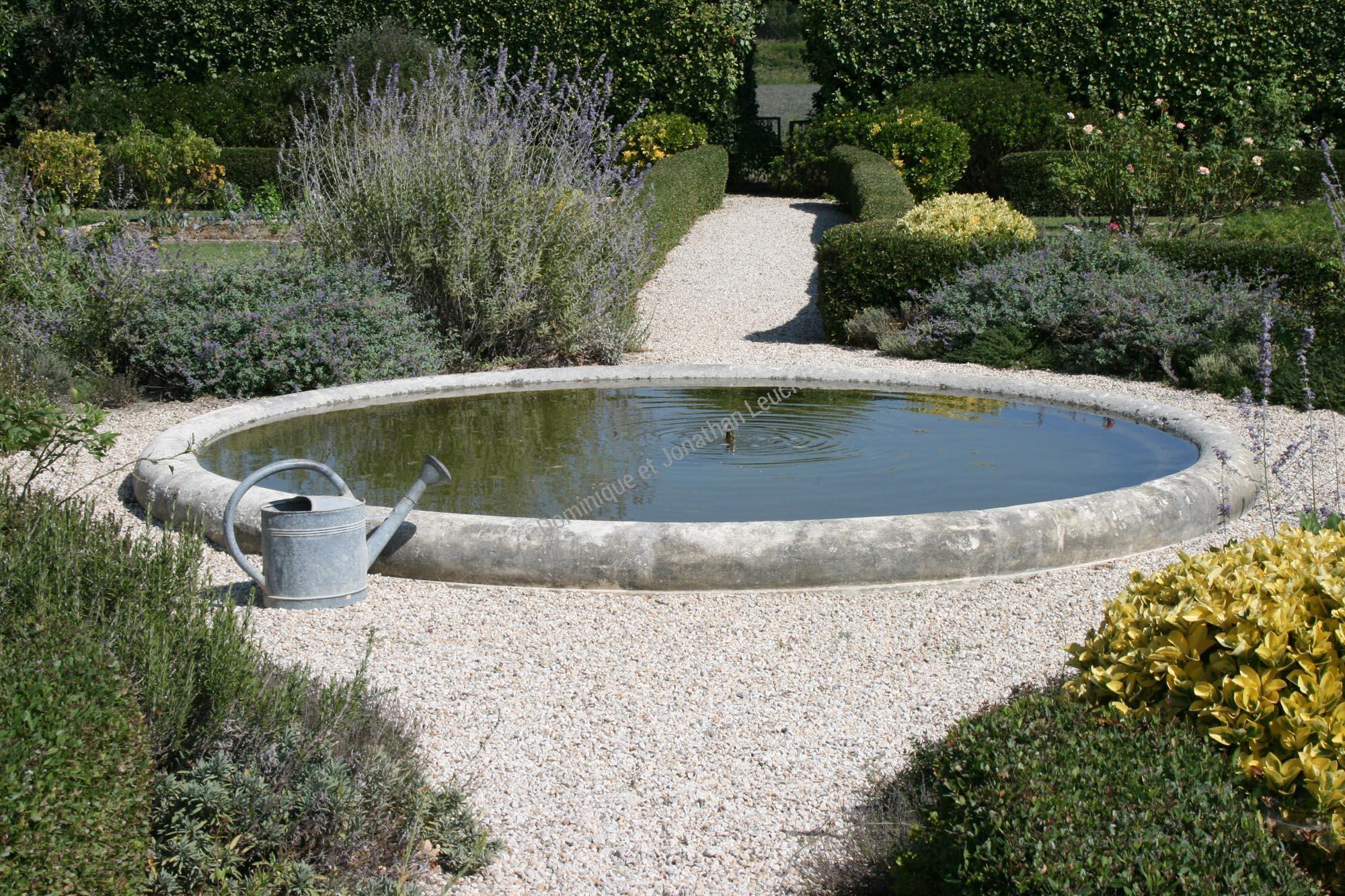 Bassin Fontaine Circulaire En Pierre - Cheminée En Pierre À ... tout Bassin De Jardin En Pierre