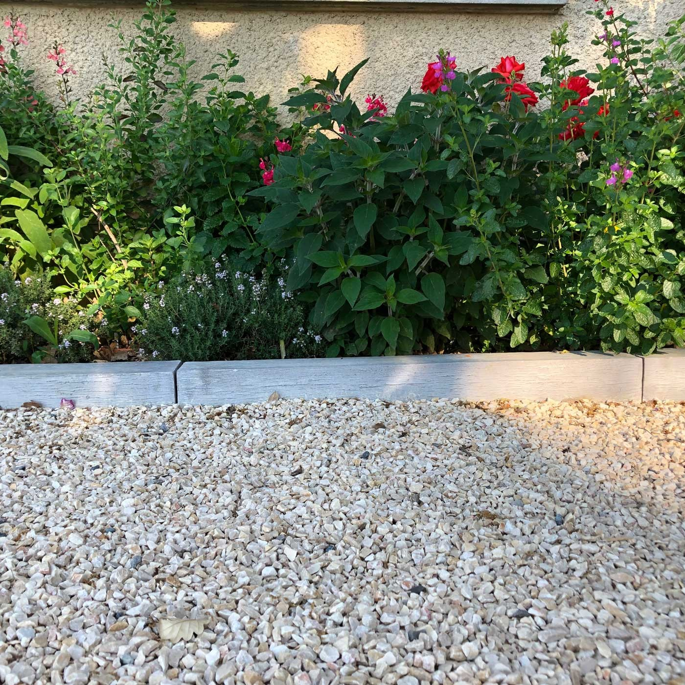 Bordure De Jardin En Pierre Reconstituée Poutre Bois Blanchi ... dedans Bordure De Jardin En Pierre