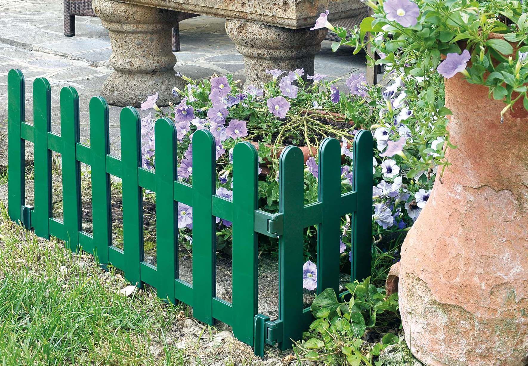 Bordure De Jardin En Plastique. Une Clôture De Jardin ... à Bordure De Jardin En Plastique