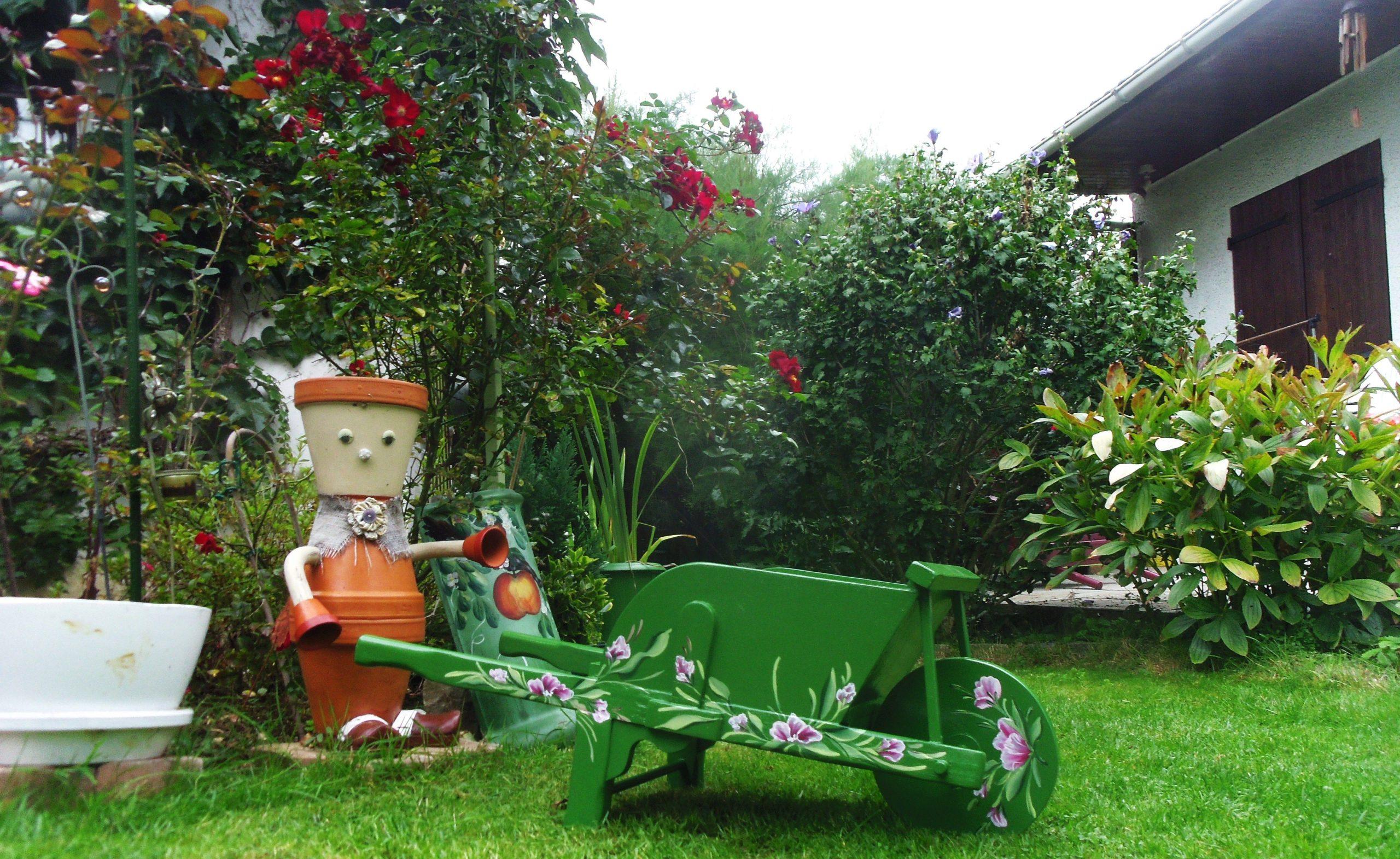 Brouette Décorative Pour Le Jardin Ou La Maison Peinte À La ... tout Brouette Deco Jardin