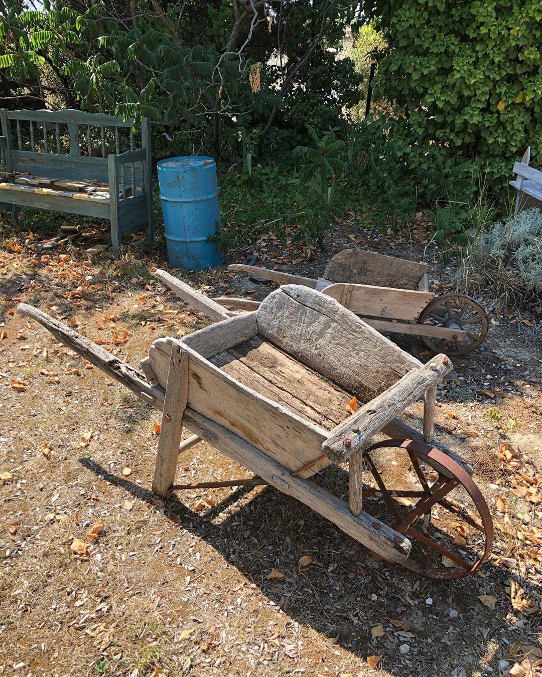 Brouette En Bois Ancienne Disponible À Lisle Sur La Sorgue ... tout Brouette Deco Jardin