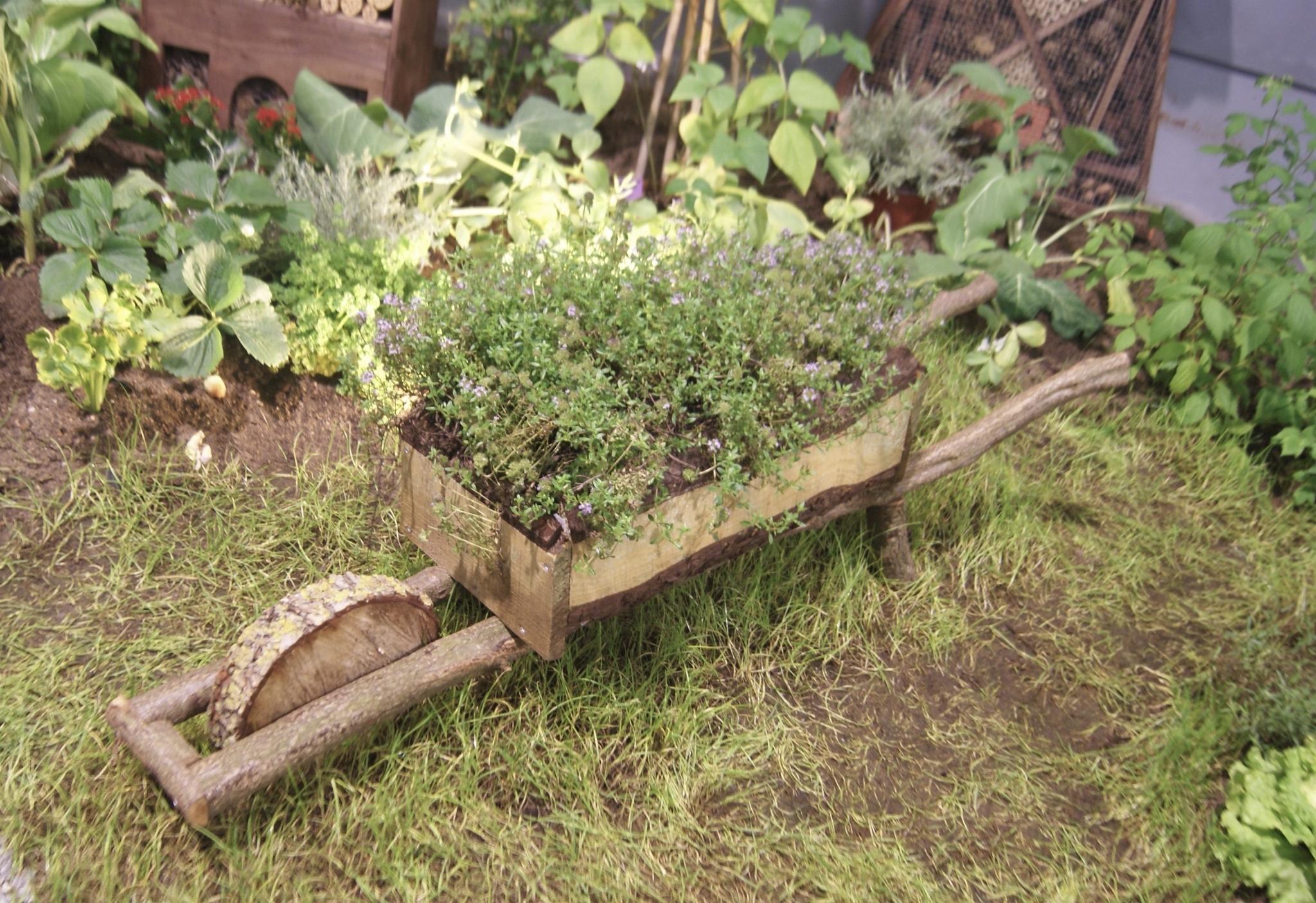 Brouette En Bois - Envie De Jardin concernant Brouette Deco Jardin