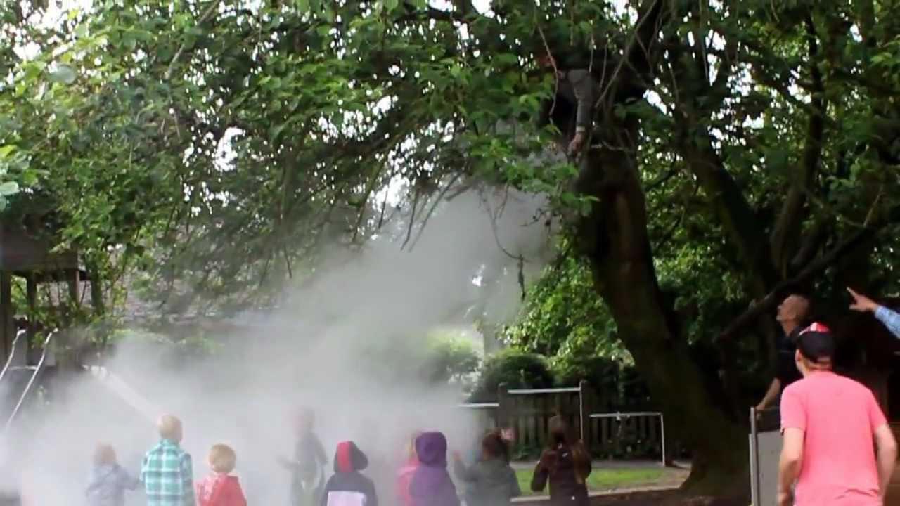 Brumisateur De Brouillard D'eau Dans Un Jardin D'enfant ... à Brumisateur Jardin