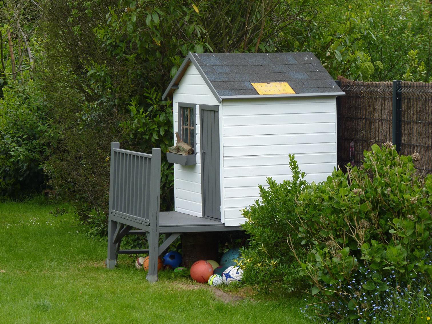 Cabane En Bois Pour Enfant Sur Pilotis Peinte En Gris Taupe ... concernant Peinture Abri De Jardin
