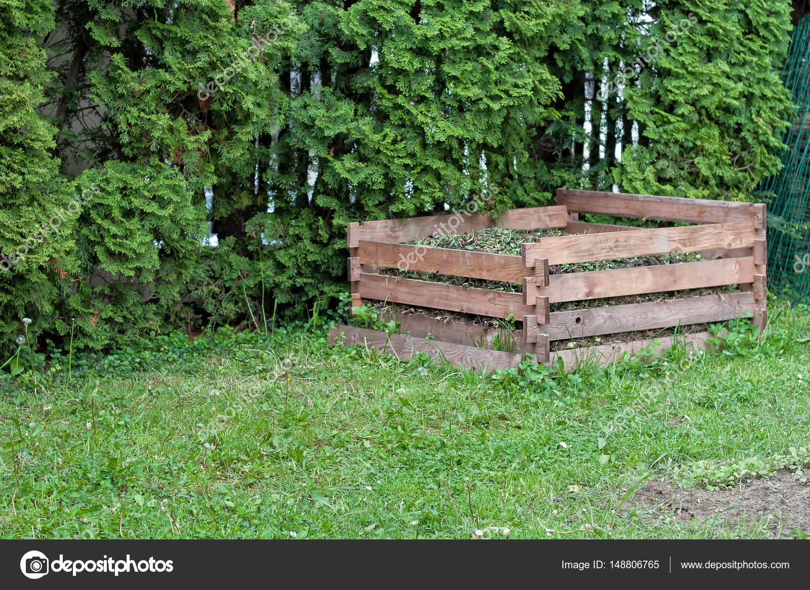Cadre En Bois Compost Dans Le Jardin — Photographie Ghavasi ... intérieur Composteur De Jardin