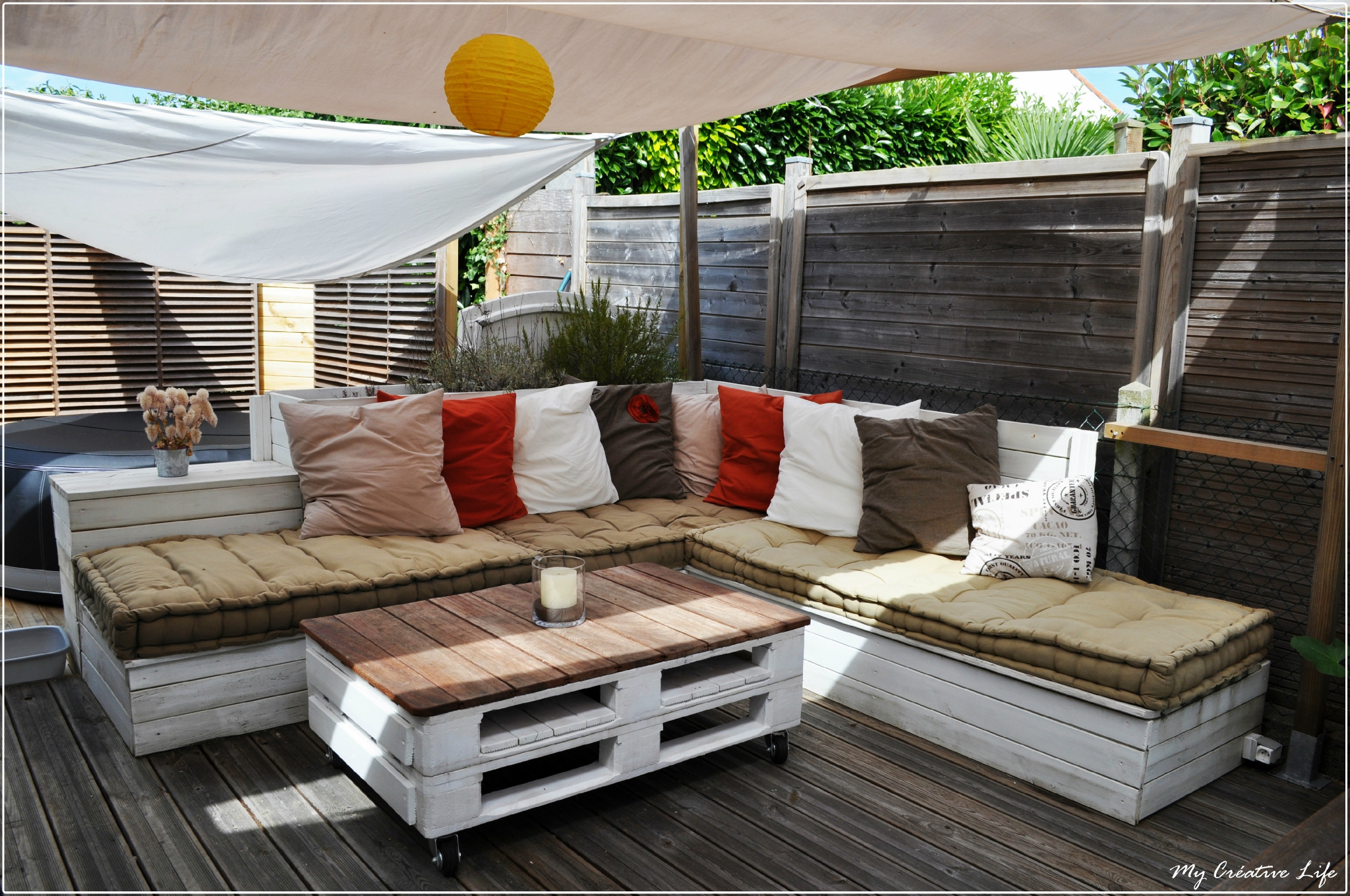 Canapé D'angle Extérieur Bois Et Table Basse Palette - Photo ... serapportantà Canapé De Jardin En Palette