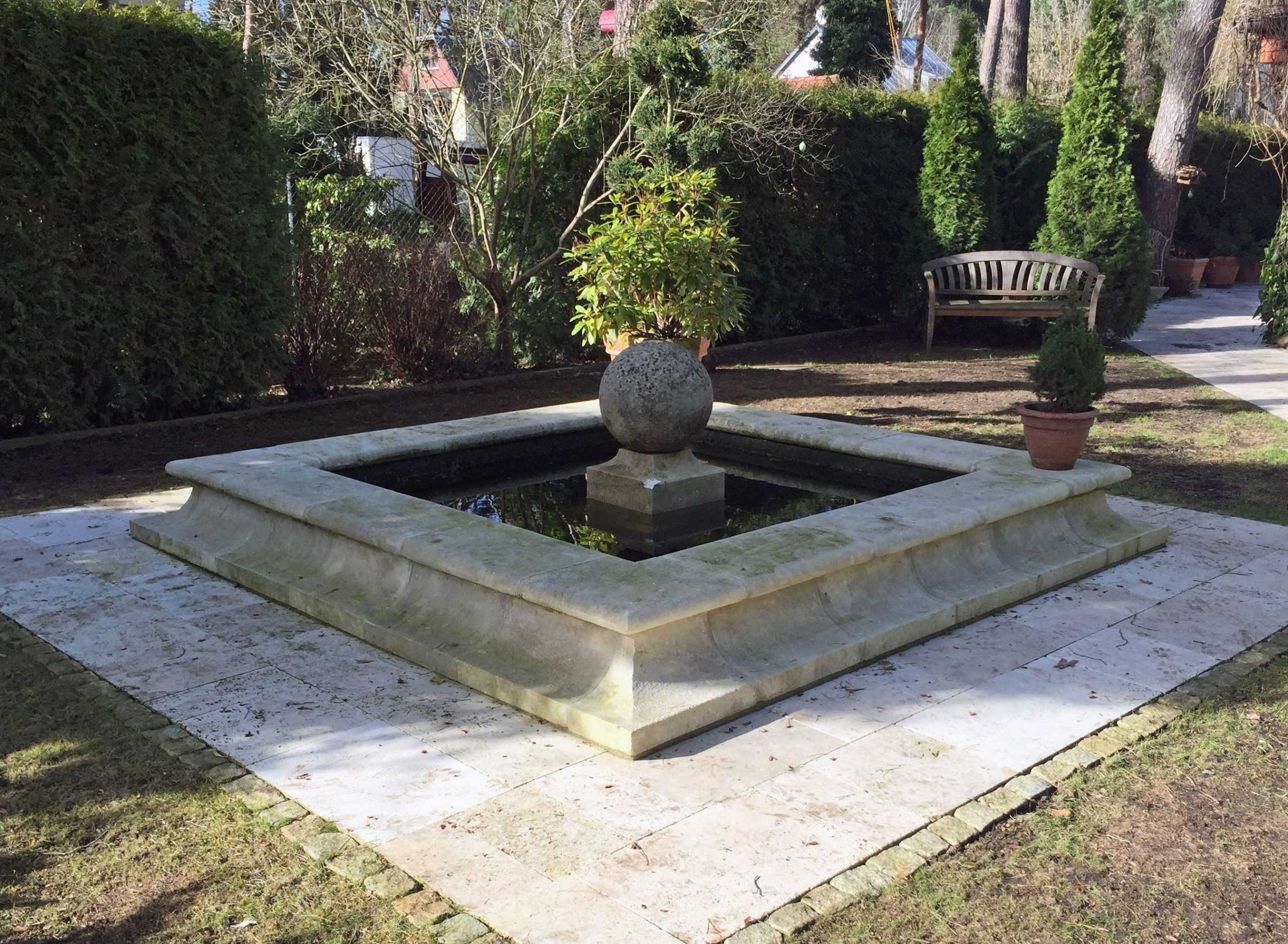 Ce Bassin De Décoration De Jardin En Pierre De Provence Est ... concernant Grosse Pierre Decoration Jardin