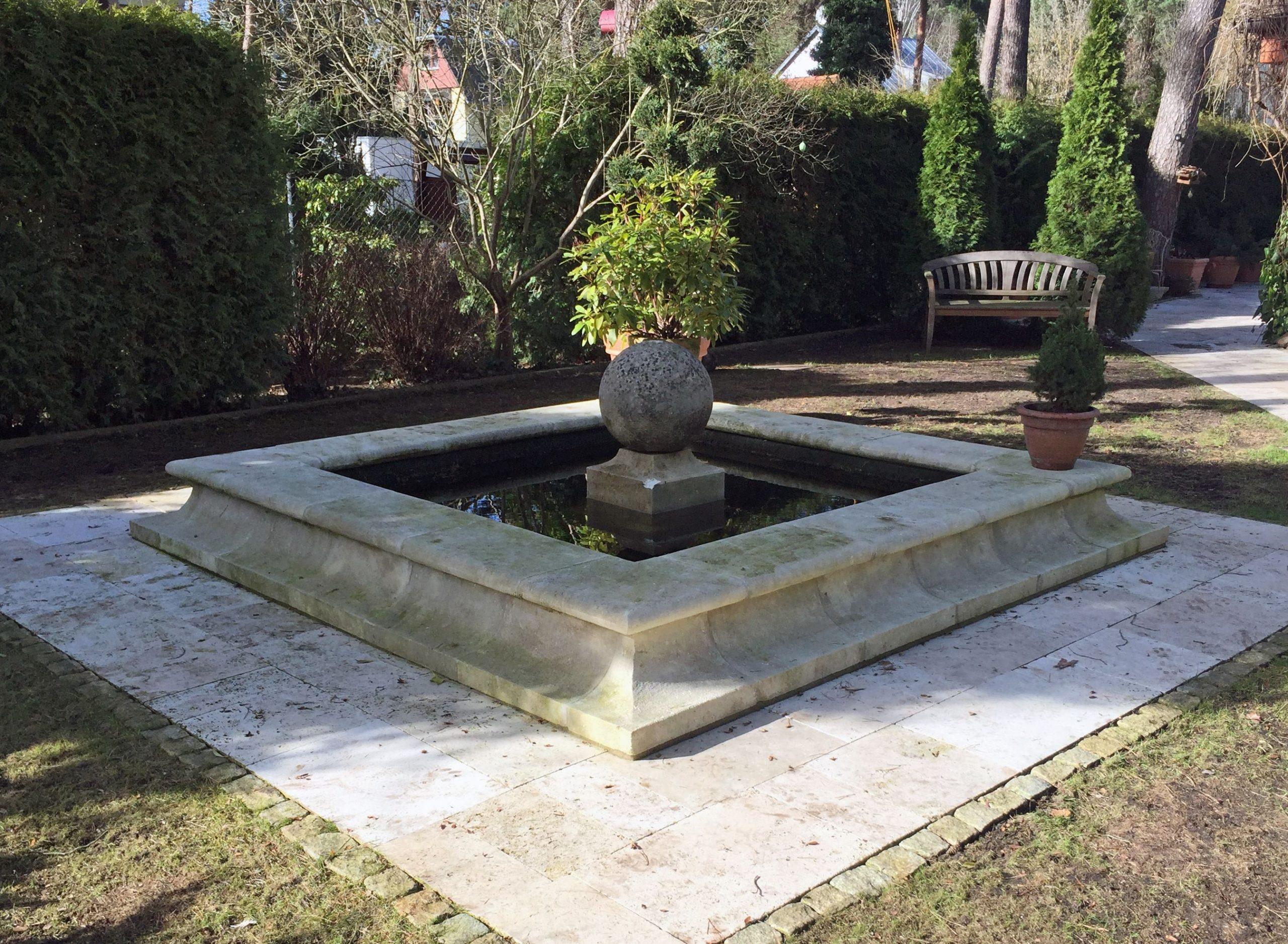 Ce Bassin De Décoration De Jardin En Pierre De Provence Est ... destiné Bassin De Jardin En Pierre