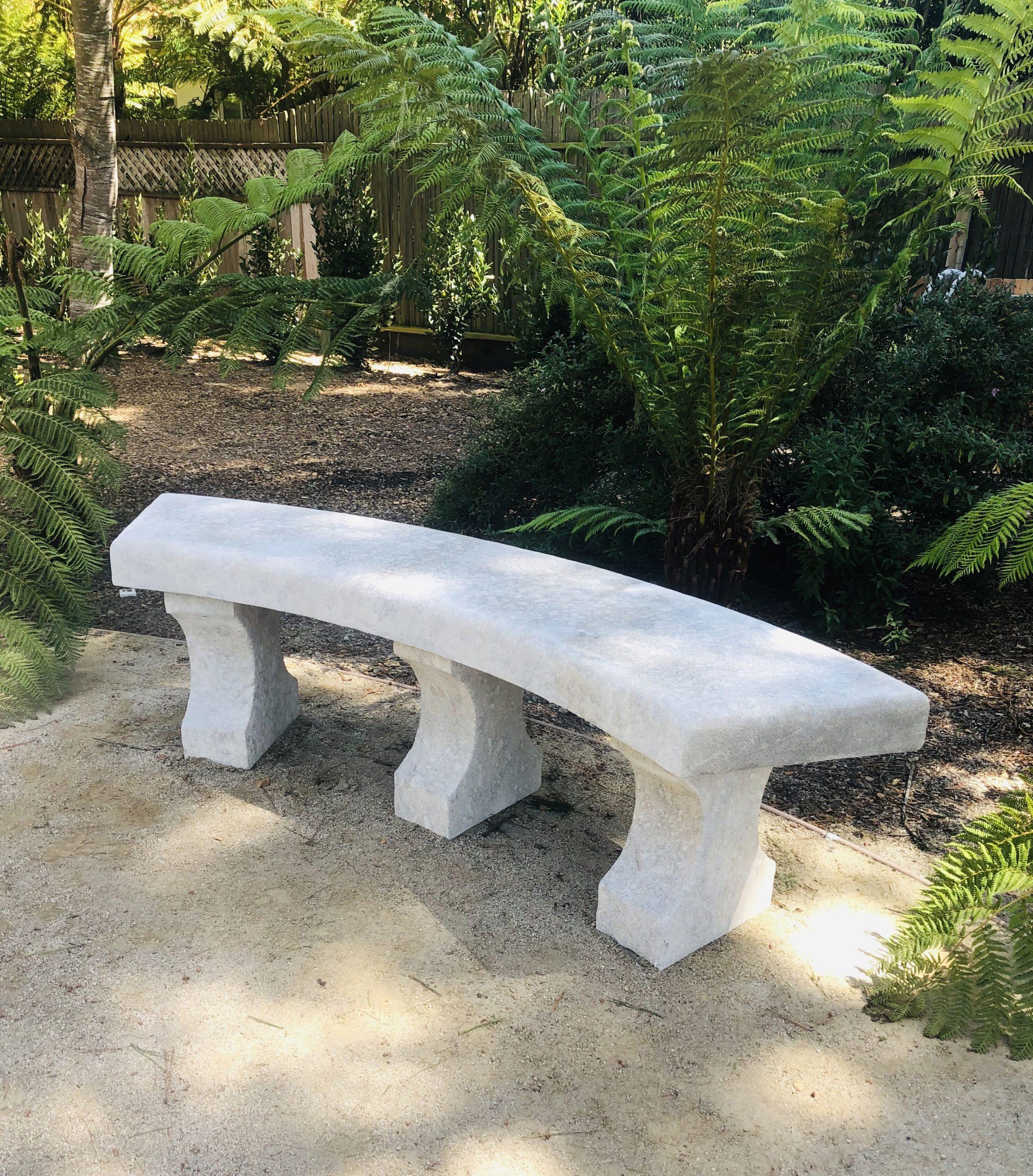 Ce Grand Banc De Jardin Mesure Présente Une Épaisse Assise ... encequiconcerne Banc De Jardin En Pierre