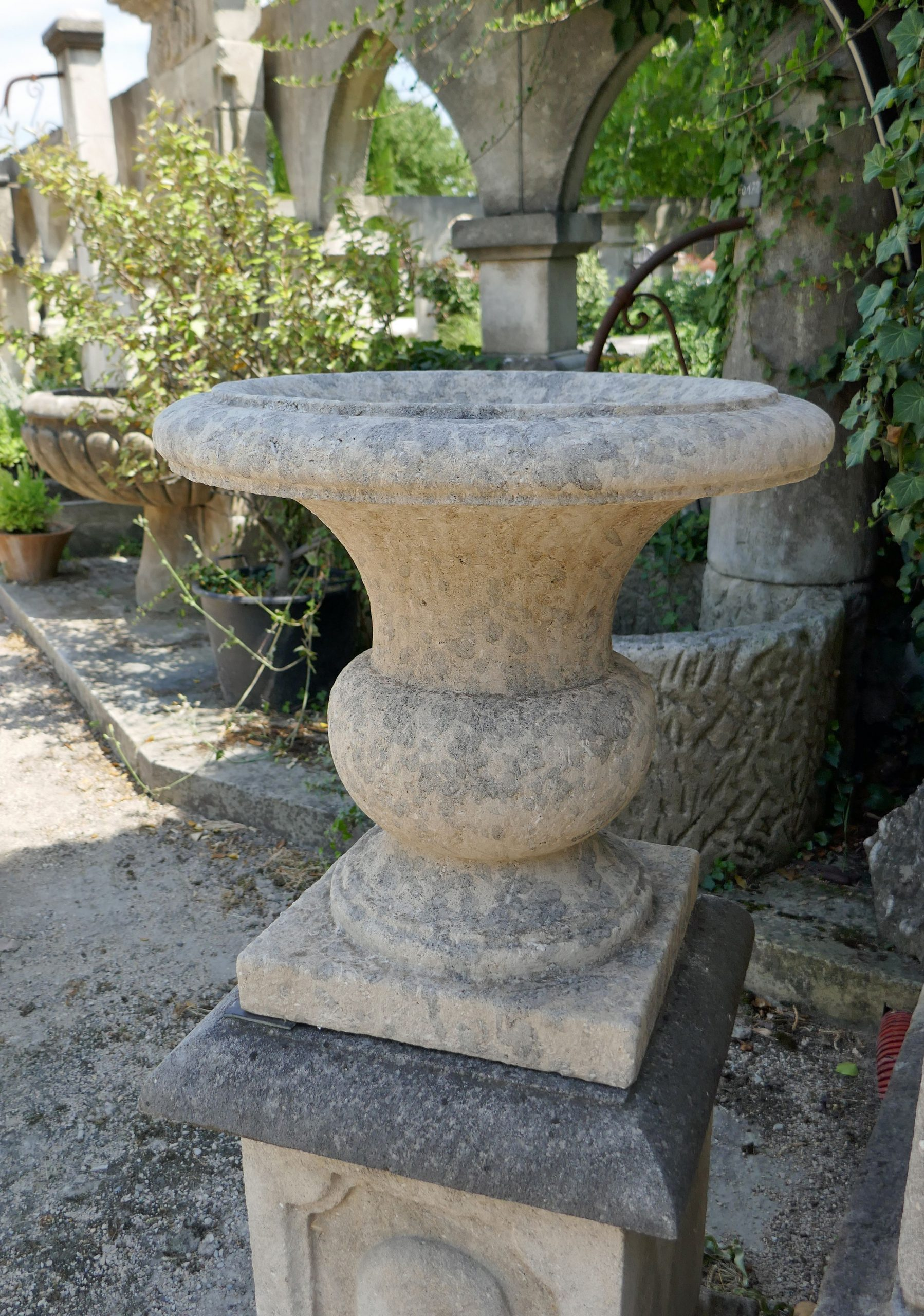 Ce Joli Vase En Pierre D'avy (Un Calcaire Ferme De Couleur ... encequiconcerne Vase En Pierre Jardin