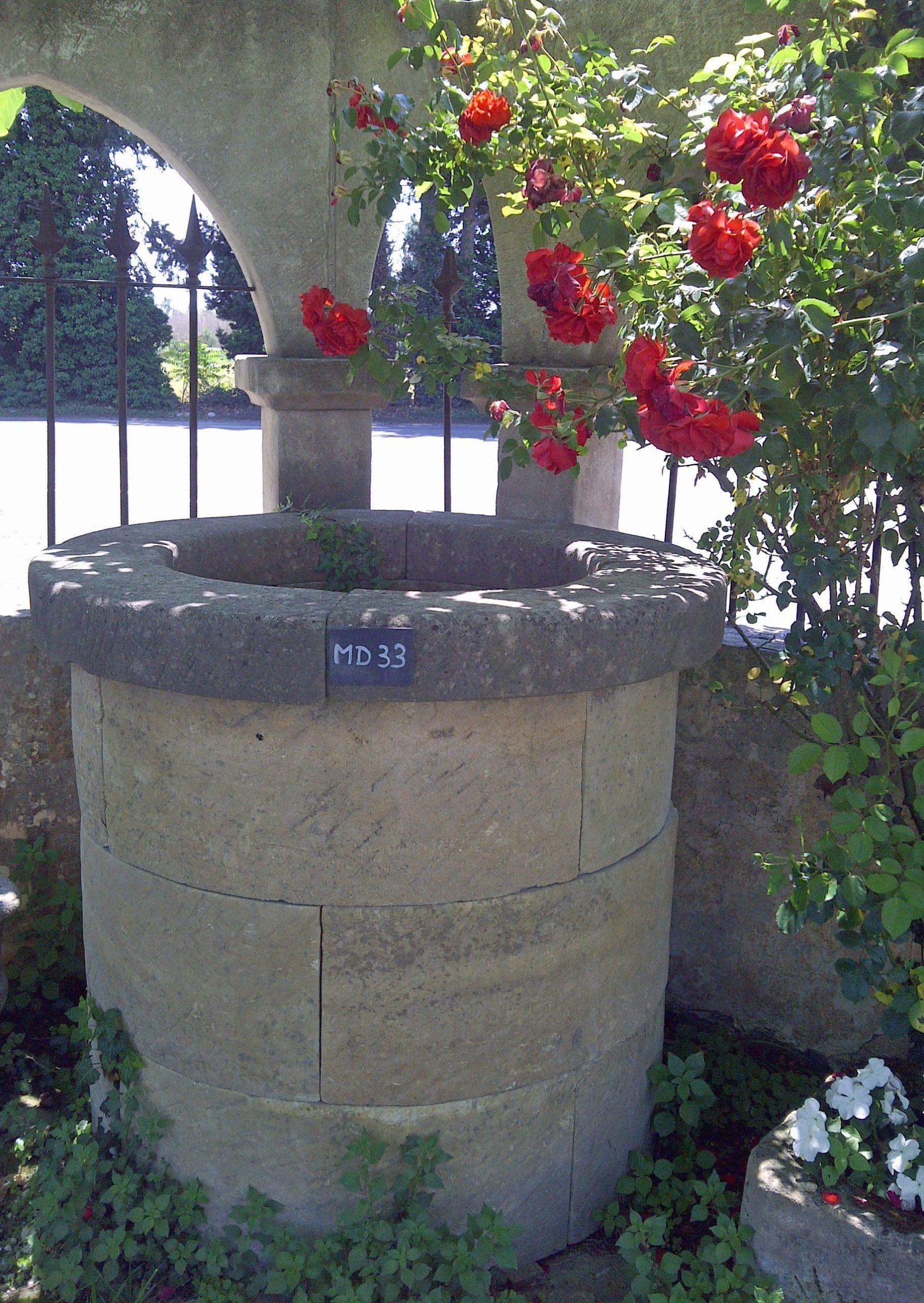 Ce Puits Rond Tout Simple Est Un Puits Circulaire En Pierre ... encequiconcerne Puit Decoratif Jardin