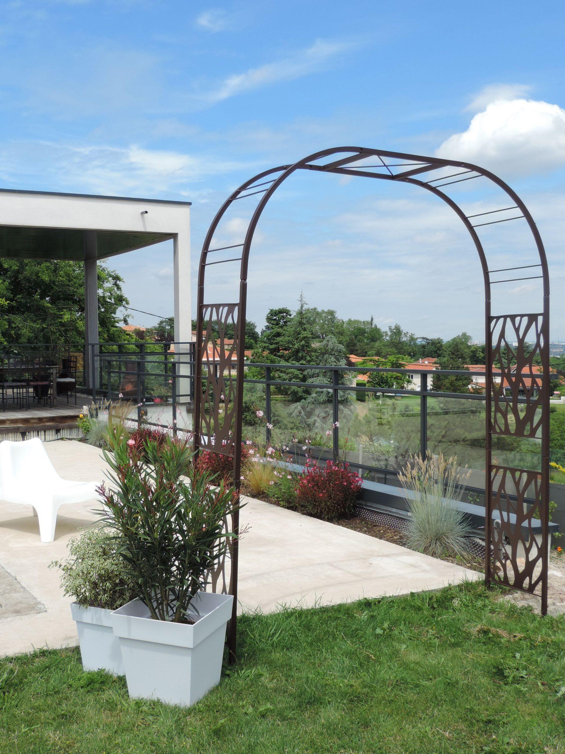 Cette Arche De Jardin, Double En Métal Au Design ... serapportantà Arche En Fer Forgé Pour Jardin