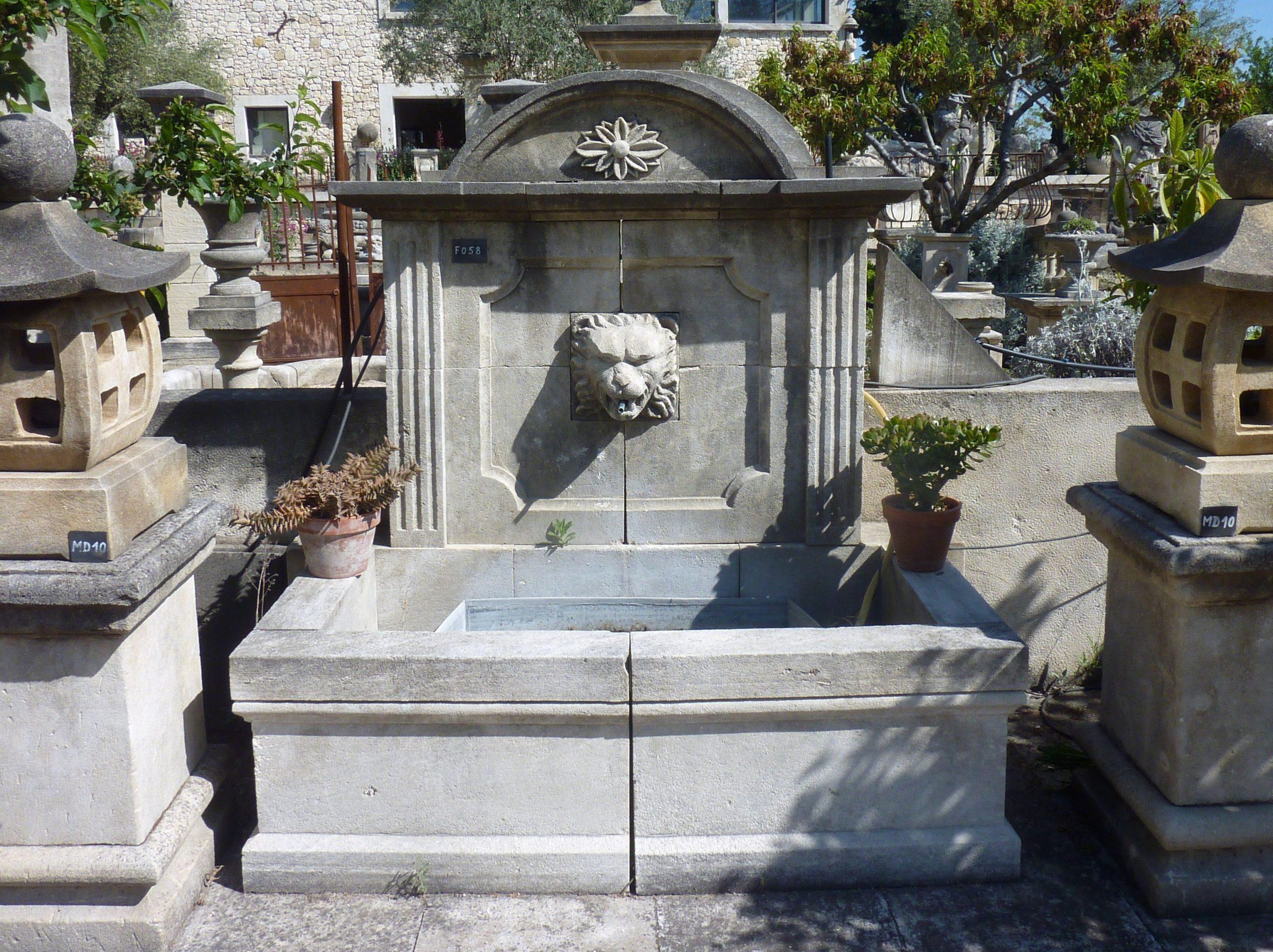 Cette Belle Fontaine De Jardin En Pierre Présente Un Fronton ... encequiconcerne Lion En Pierre Pour Jardin
