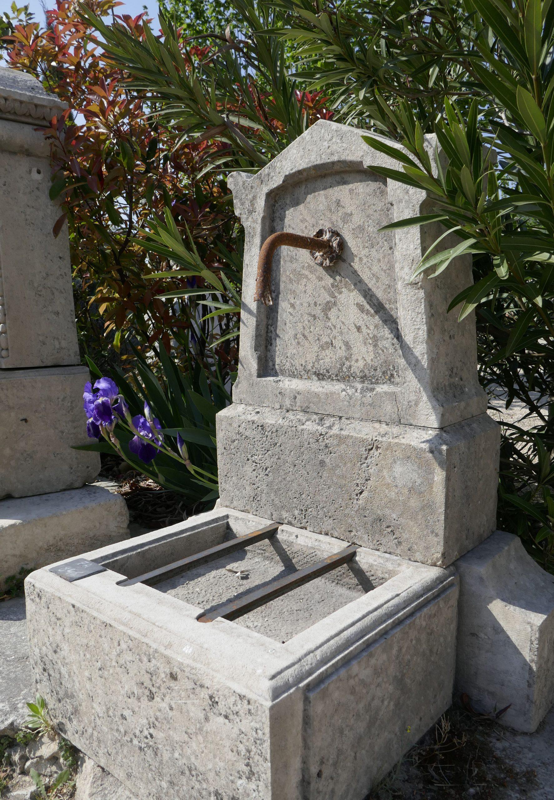 Cette Borne À Eau Pour Jardin, Une Fontaine Murale De Petite ... serapportantà Petite Fontaine De Jardin Pas Cher