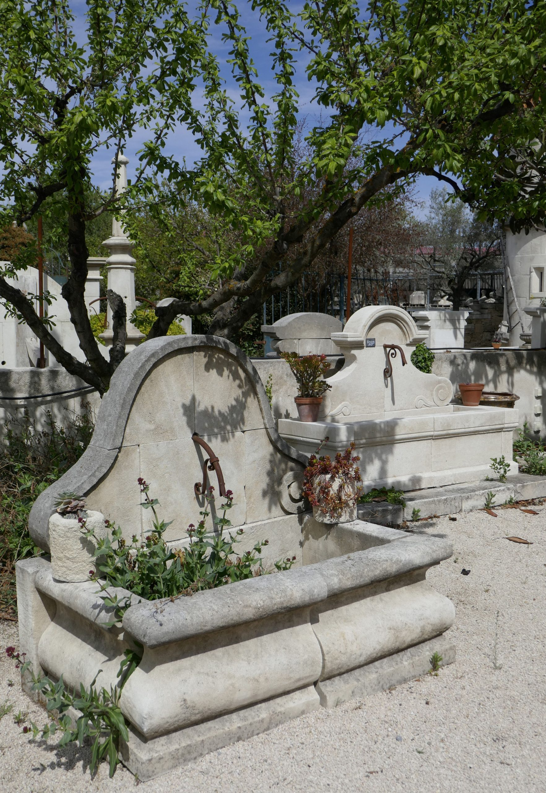 Cette Élégante Petite Fontaine De Jardin Est Une Fontaine ... pour Petite Fontaine De Jardin