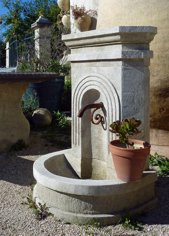 Cette Élégante Petite Fontaine Murale Est Une Fontaine En ... encequiconcerne Petite Fontaine De Jardin Pas Cher