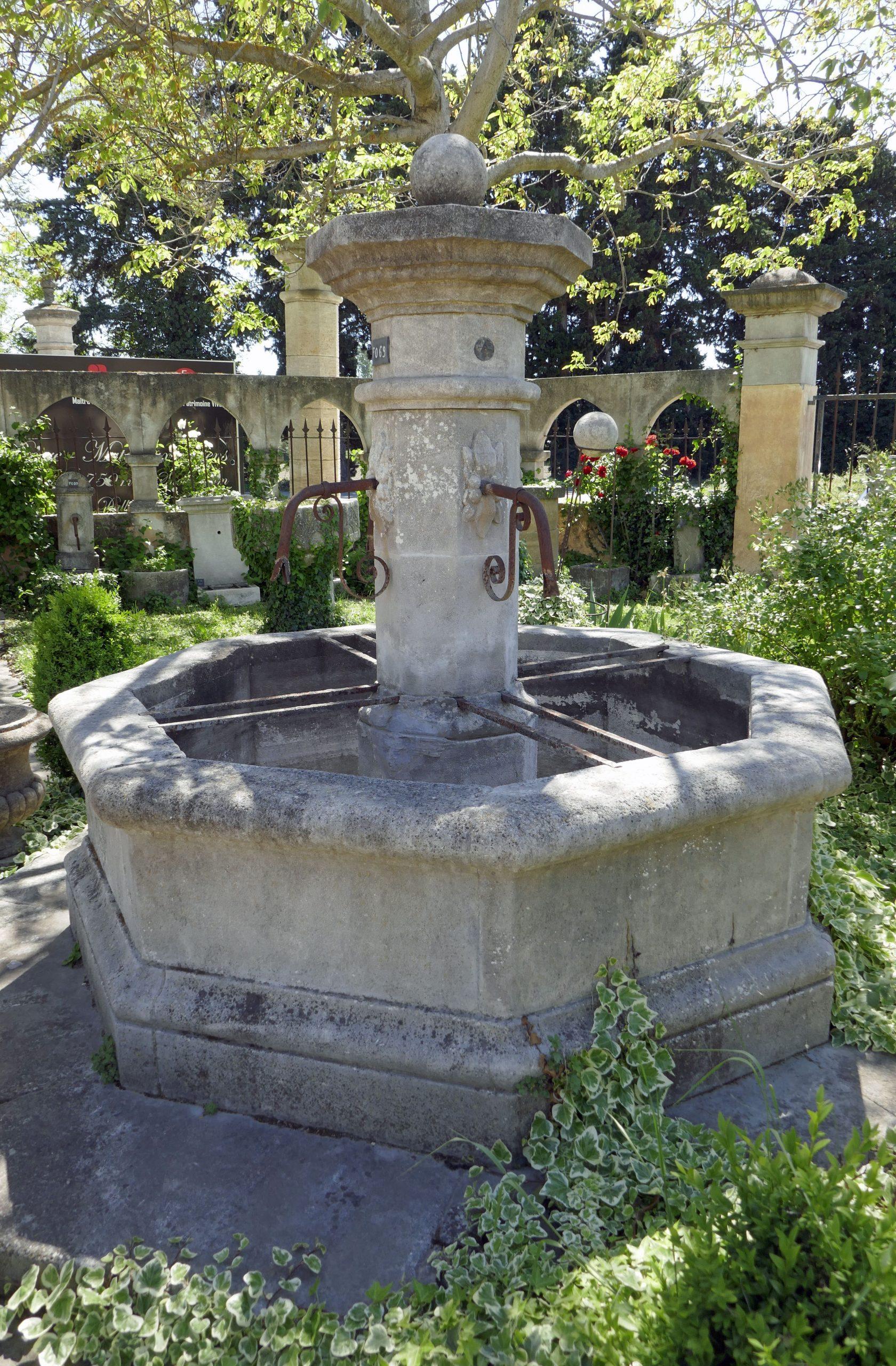 Cette Fontaine De Jardin Taillée À La Main Dans Nos Ateliers ... concernant Fontaine Naturelle Jardin