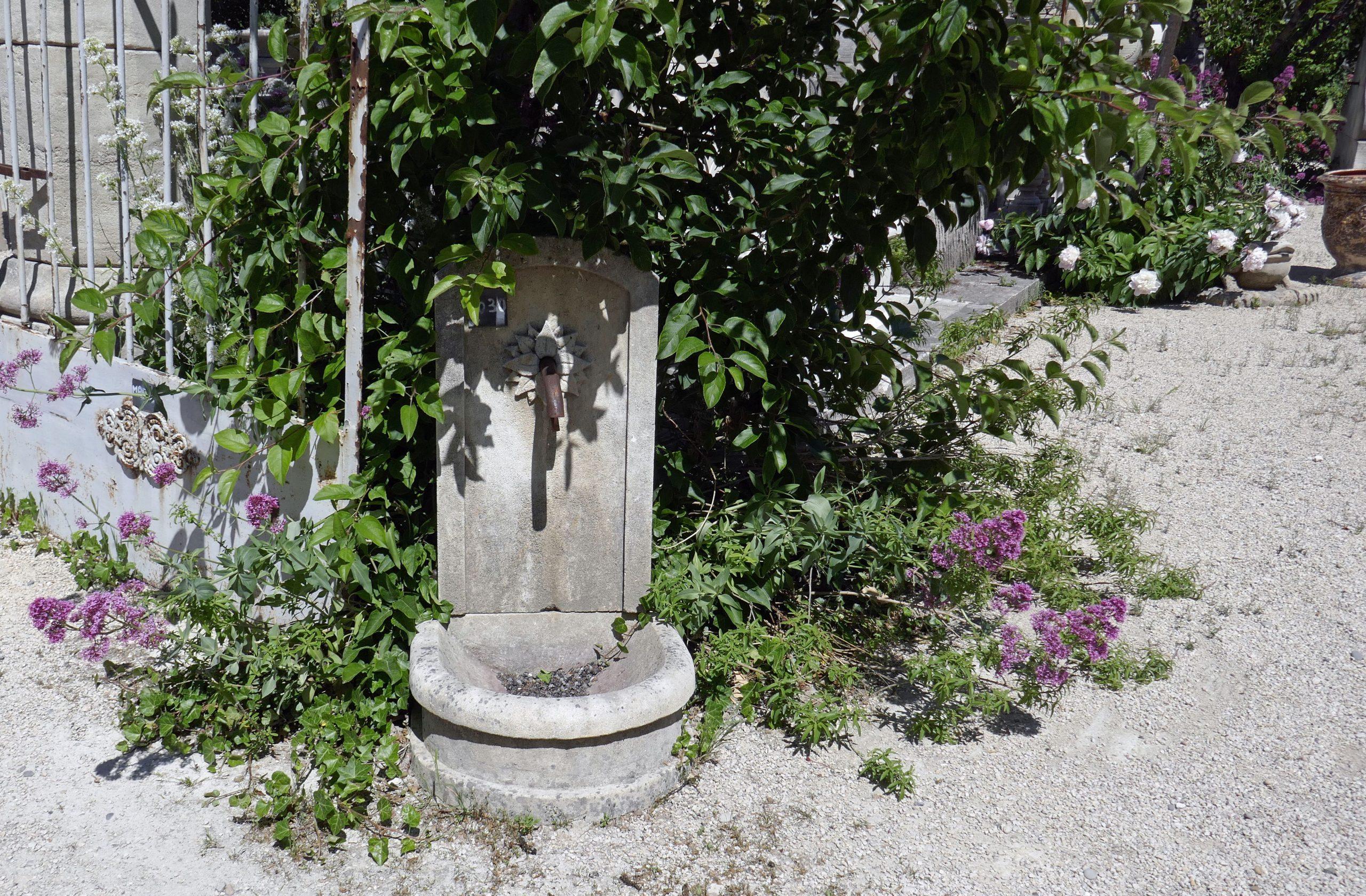Cette Petite Fontaine En Pierre A Pleins D'atouts : Pas Cher ... destiné Petite Fontaine De Jardin Pas Cher
