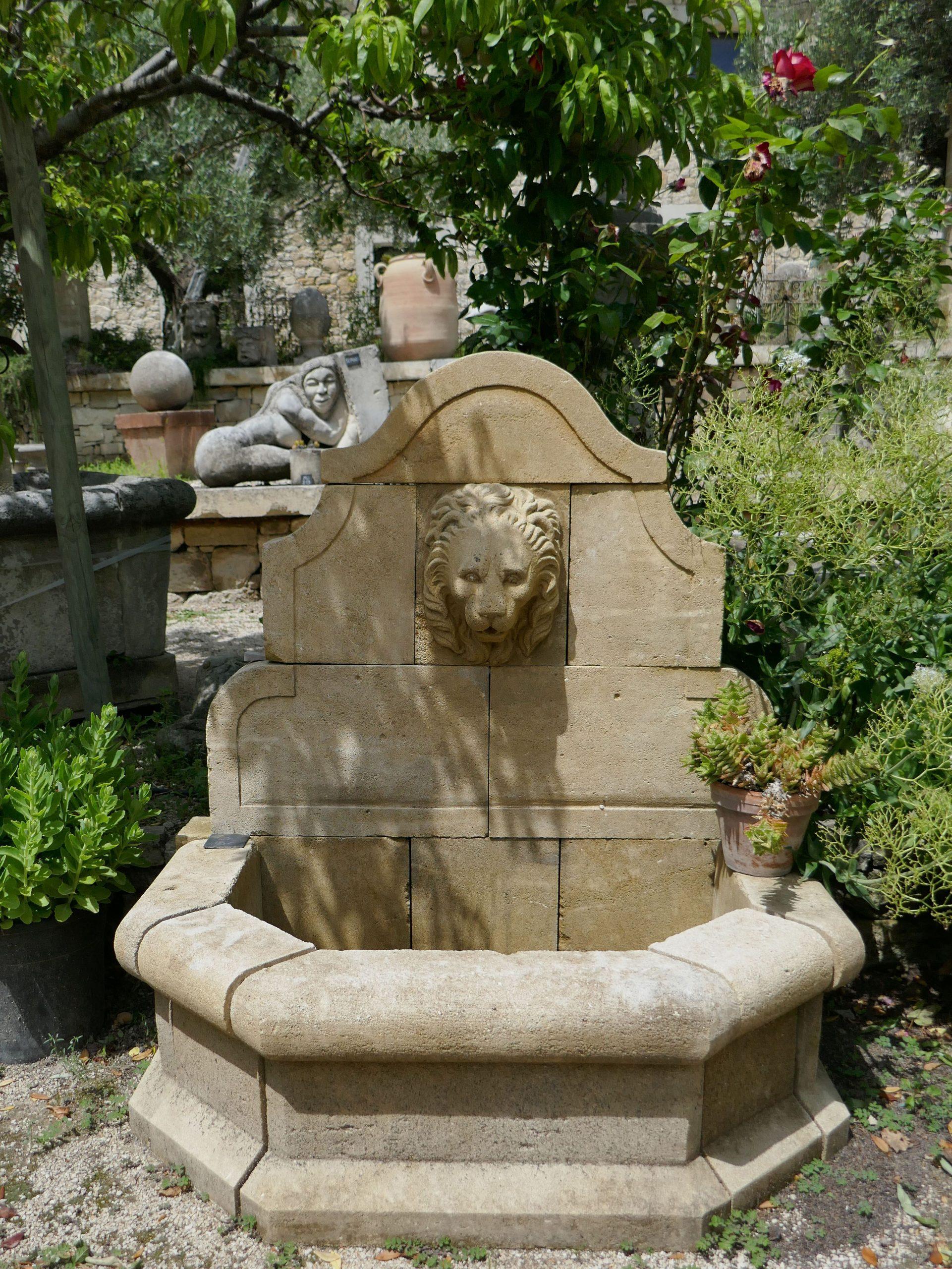 Cette Petite Fontaine En Pierre De Taille Patinée D'ocre Est ... intérieur Lion En Pierre Pour Jardin