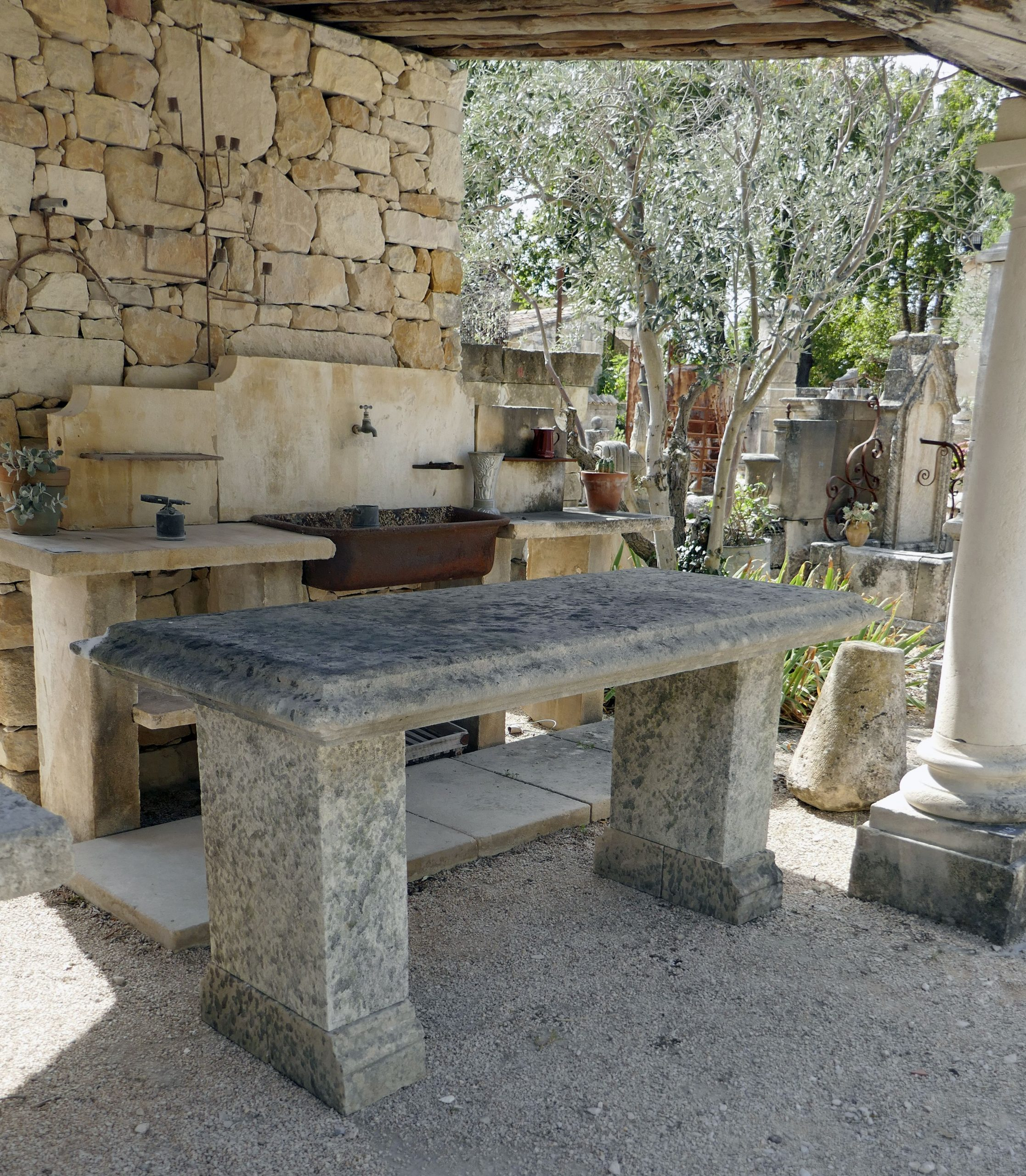 Cette Table De Jardin En Pierre Ancienne Patinée Présente Un ... dedans Salon De Jardin En Fonte Ancien