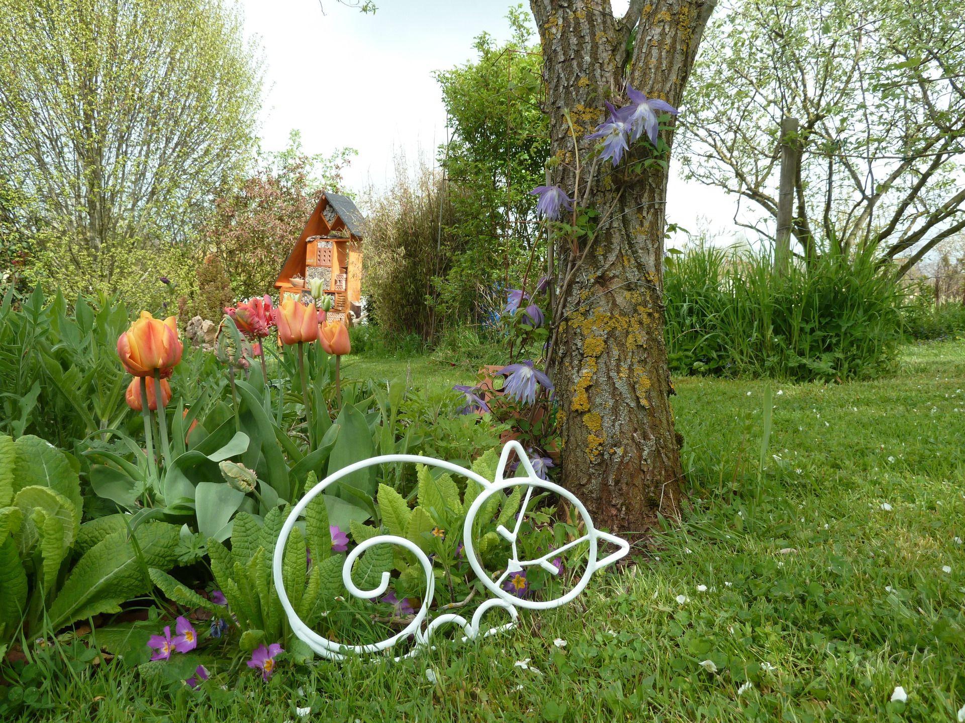 Chat Qui Dort En Fer Forgé Blanc Pour Décoration De Jardin ... tout Animaux Deco Jardin