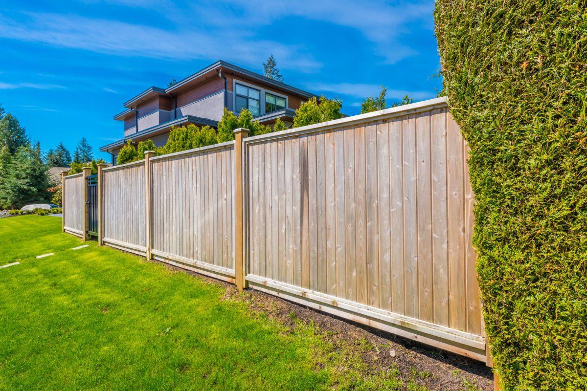 Choisir Une Clôture Pour Son Jardin Avec Piscine ! - Guide ... concernant Cloturer Son Jardin