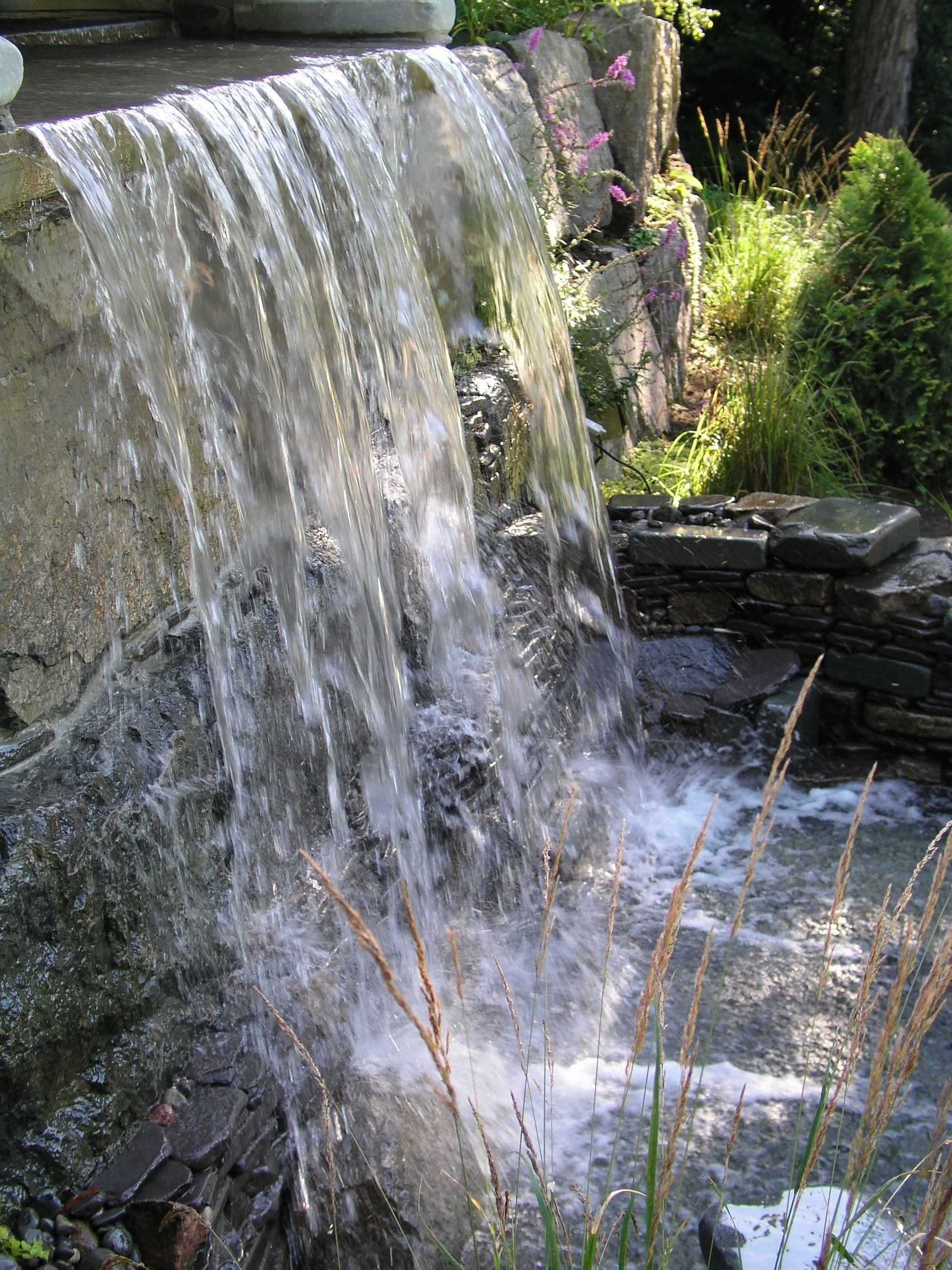 Chute D'eau Dans Un Mur De Soutenement. Réalisation Maxhorti ... dedans Chute D Eau Bassin De Jardin