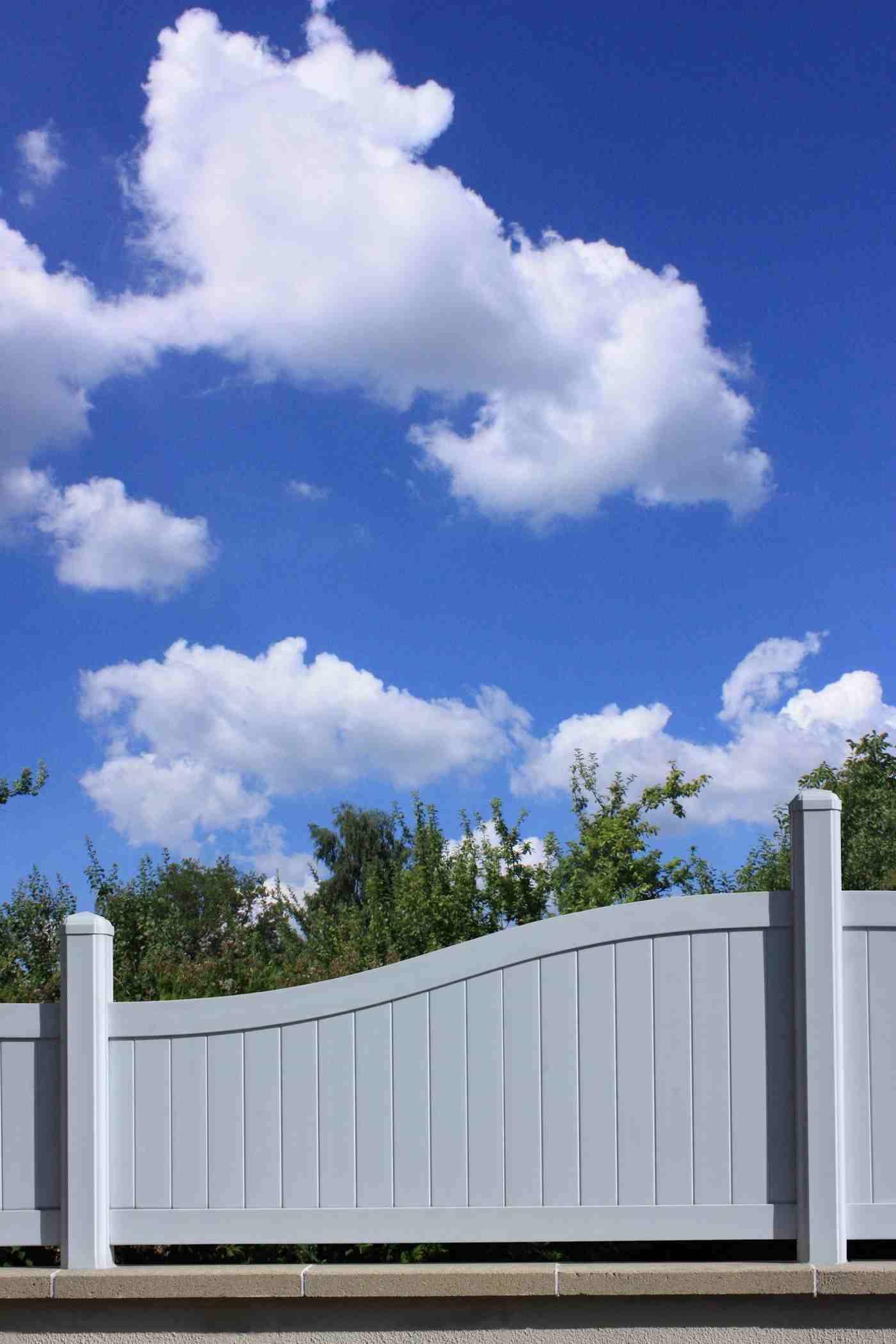 Clôture De Jardin : Les Critères De Base Pour Bien Choisir ... intérieur Barrière Bois Jardin