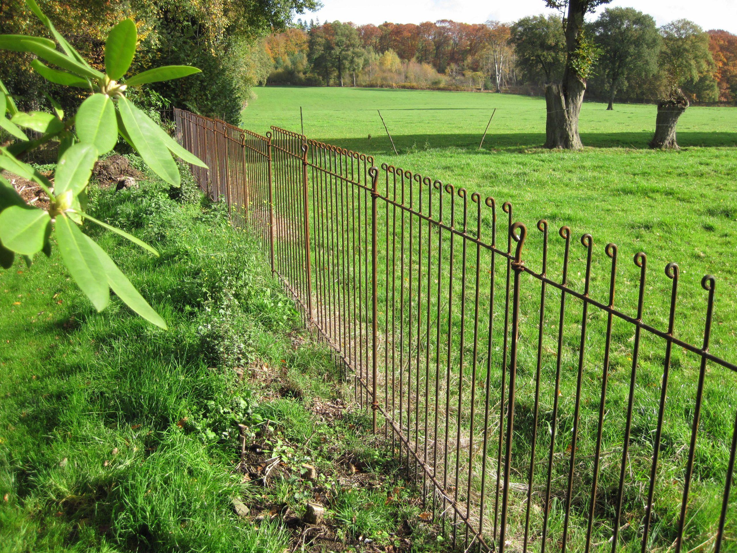 Clôture De Jardin Solide, Sans Travaux De Fondations ... intérieur Barriere Pour Cloture Jardin