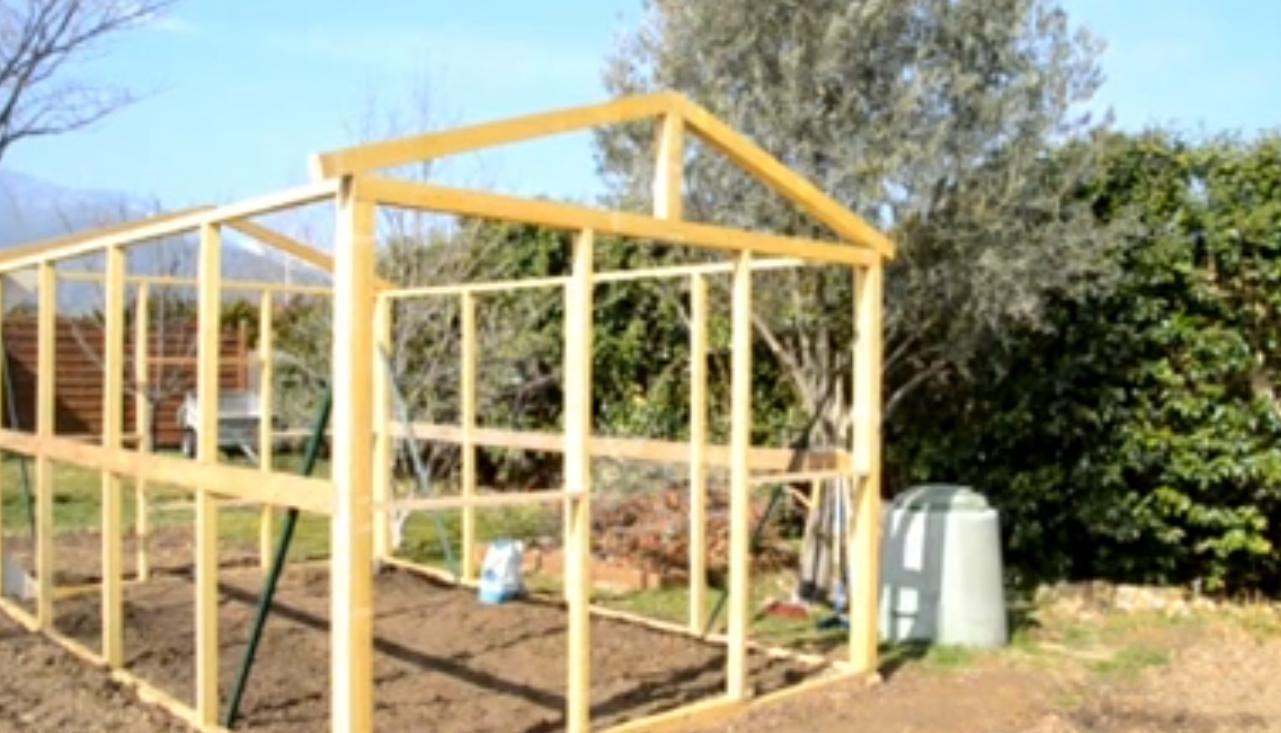 Comment Construire Une Serre De Jardin Moderne Et Efficace ... encequiconcerne Construction D Une Serre De Jardin En Bois