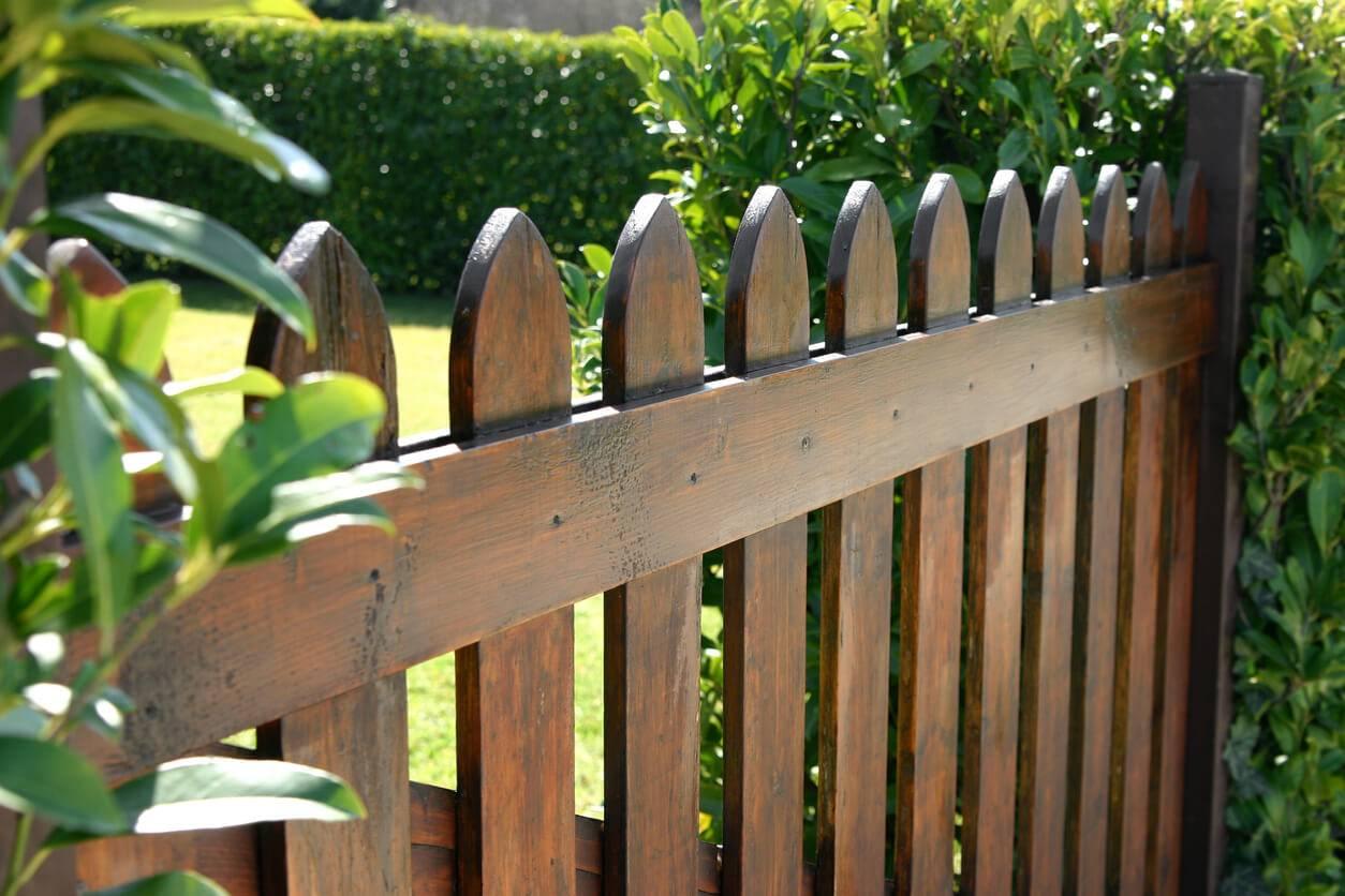 Comment Installer Un Portillon En Bois Dans Son Jardin ... concernant Portillon De Jardin En Bois