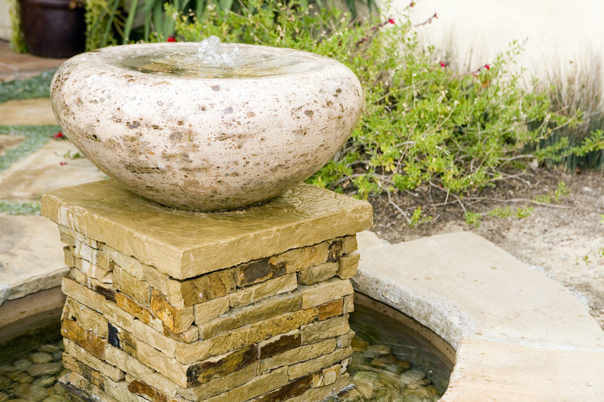 Comment Installer Une Fontaine De Jardin ? - Maison&travaux destiné Installation Fontaine De Jardin