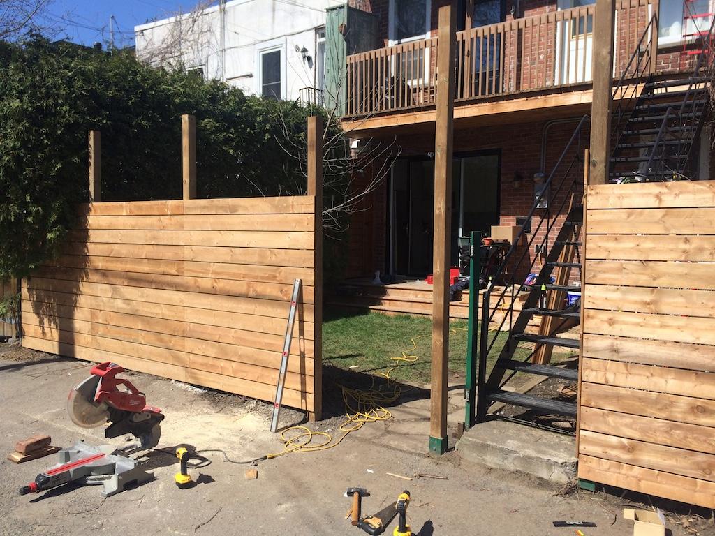 Comment On A Construit Notre Clôture En Bois Horizontale ... tout Planche Pour Cloture Jardin
