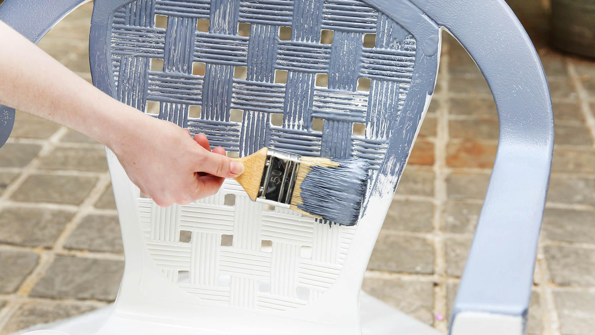 Comment Peindre Son Mobilier De Jardin ?   Peintures De ... avec Peinture Pour Meuble De Jardin En Plastique