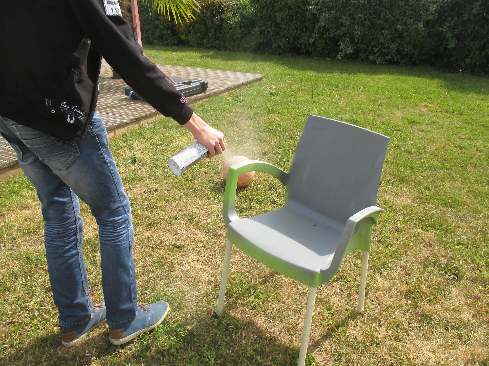 Coup De Jeune Sur Mes Chaises Pvc De Jardin Grâce À La ... pour Peinture Pour Meuble De Jardin En Plastique